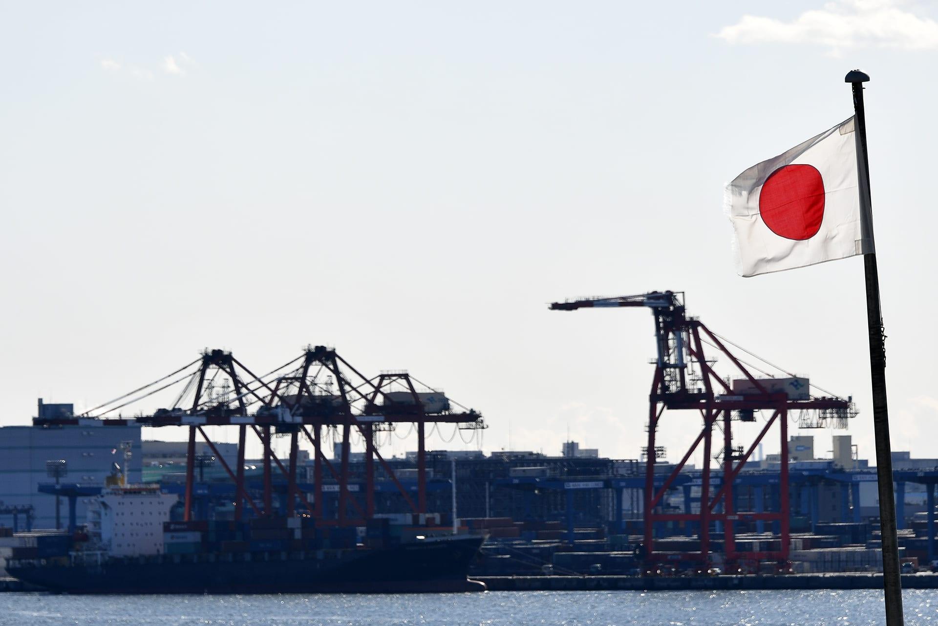 Japanin lippu liehuu Tokion satamassa.