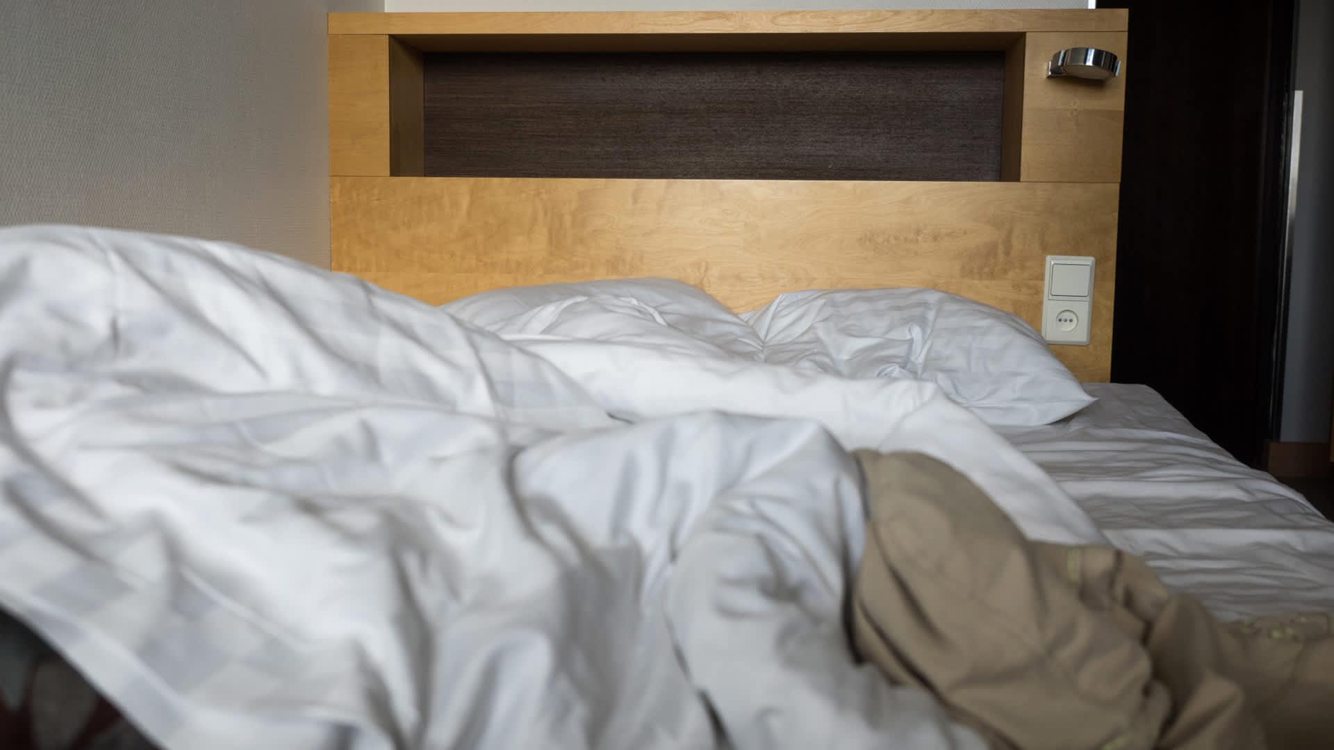 Hotellihuoneen sänky