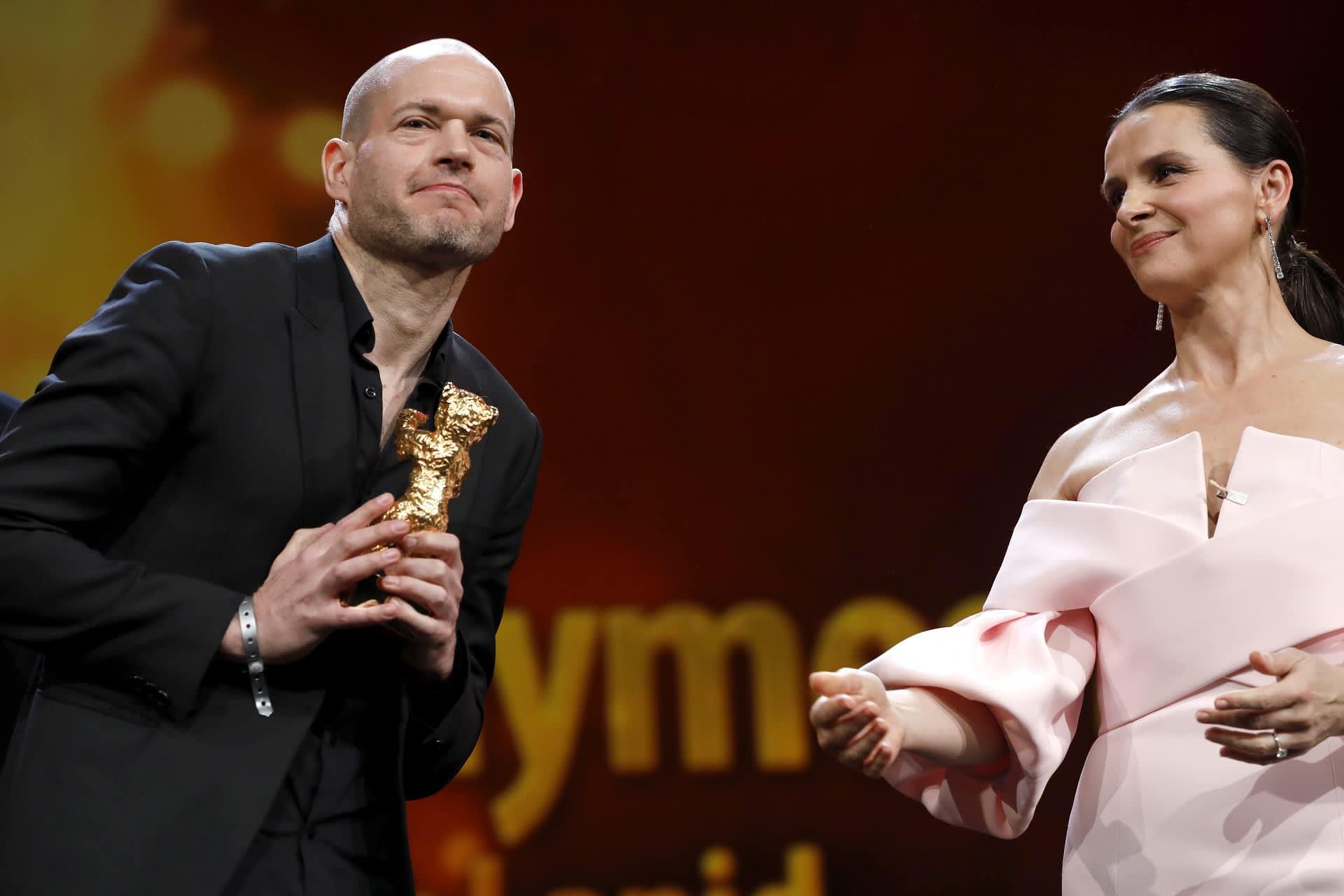 Navad Lapidin kultaisen karhun ojensi näyttelijä Juliette Binoche.