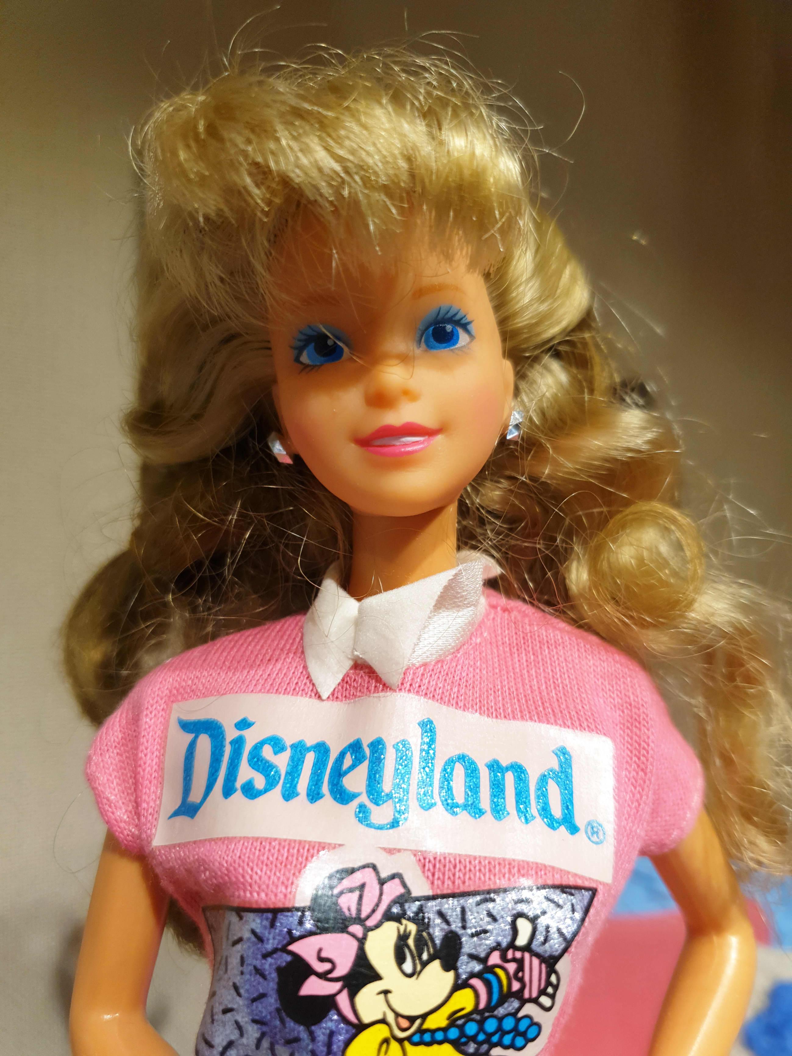 Barbie-nukke Disneyland-paidassa