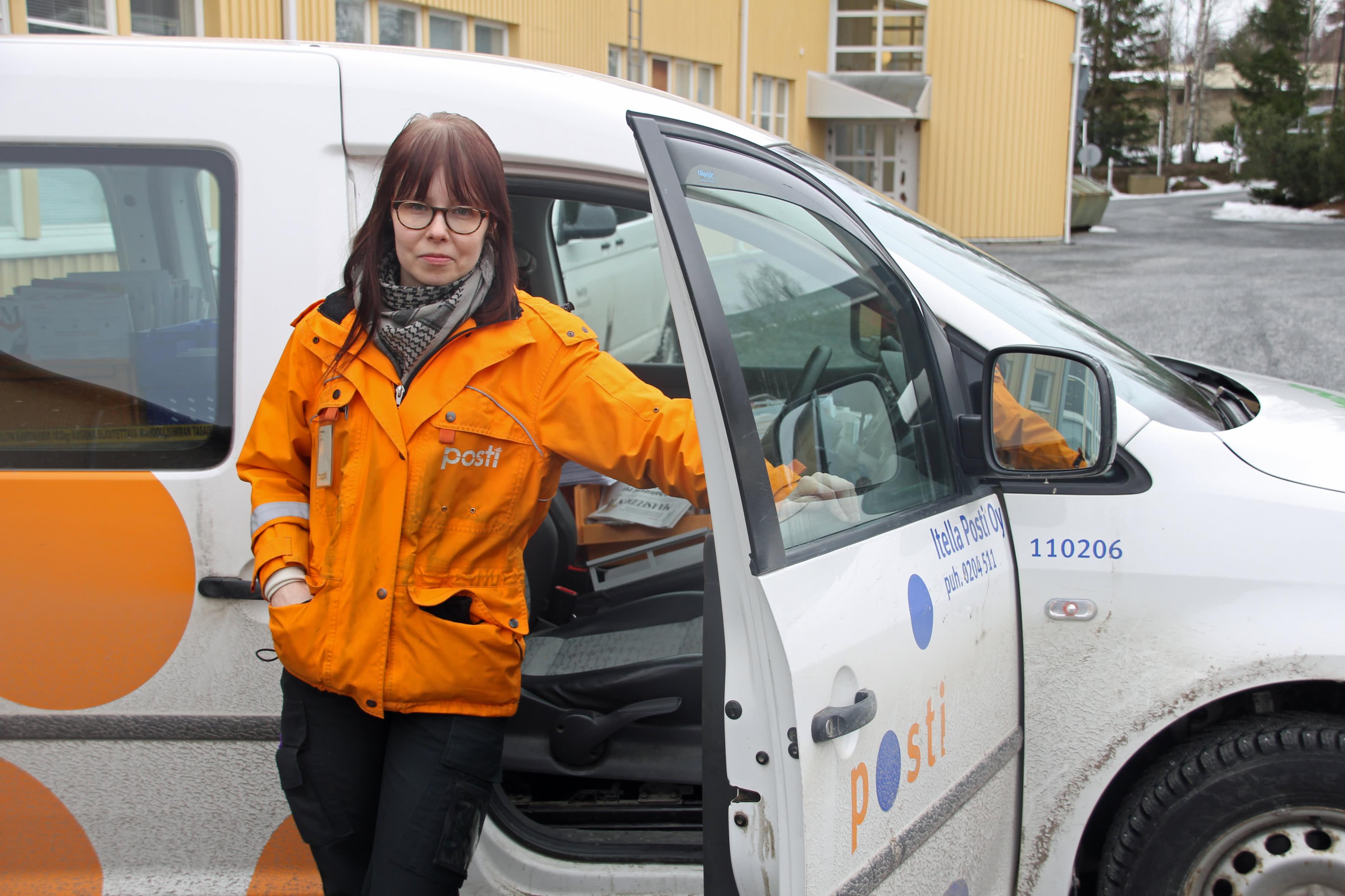 Elli Valkila Postin auton edessä
