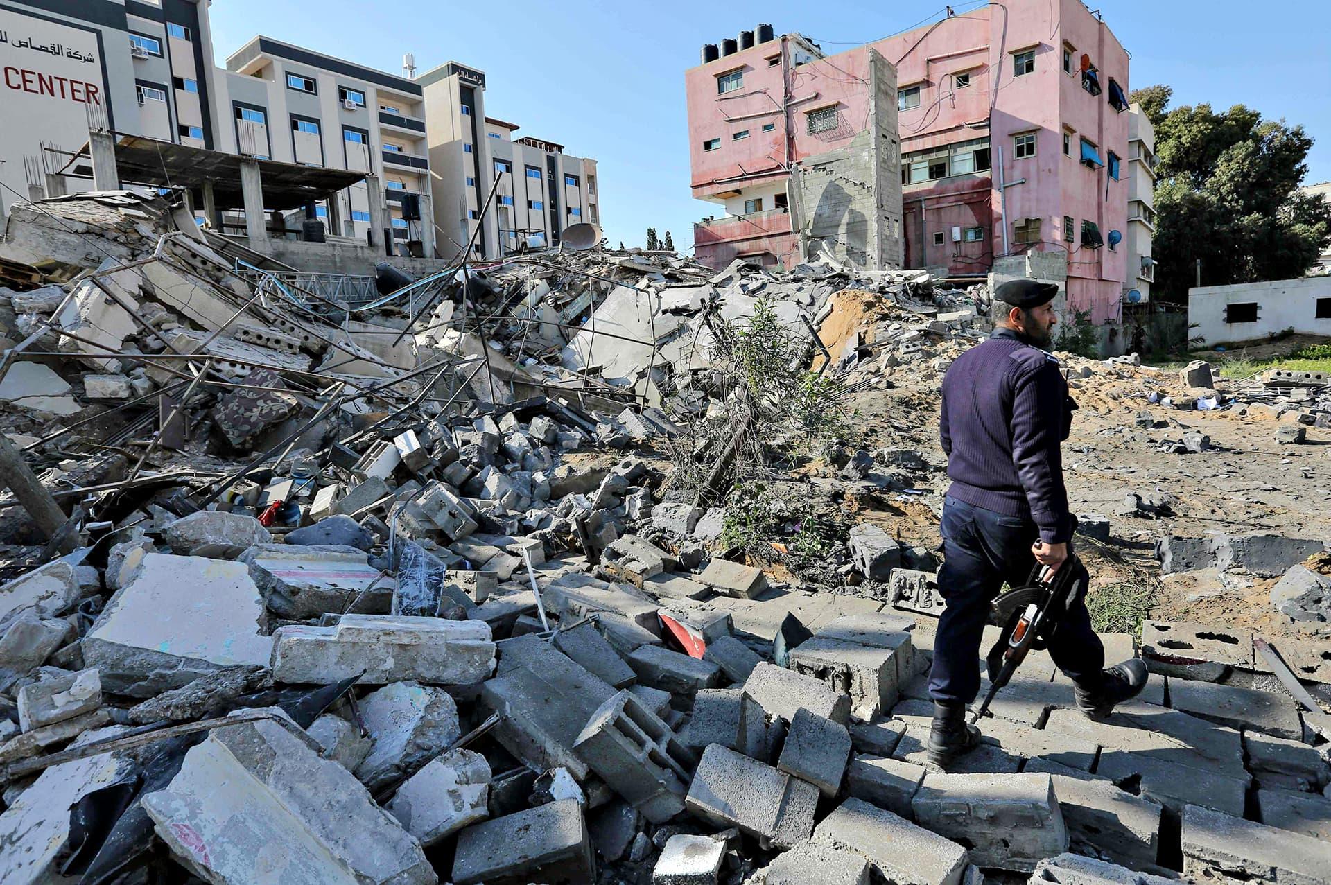Poliisi tutkii Israelin pommitusten tuhoja Gazan kaupungissa 26. maaliskuuta 2019.