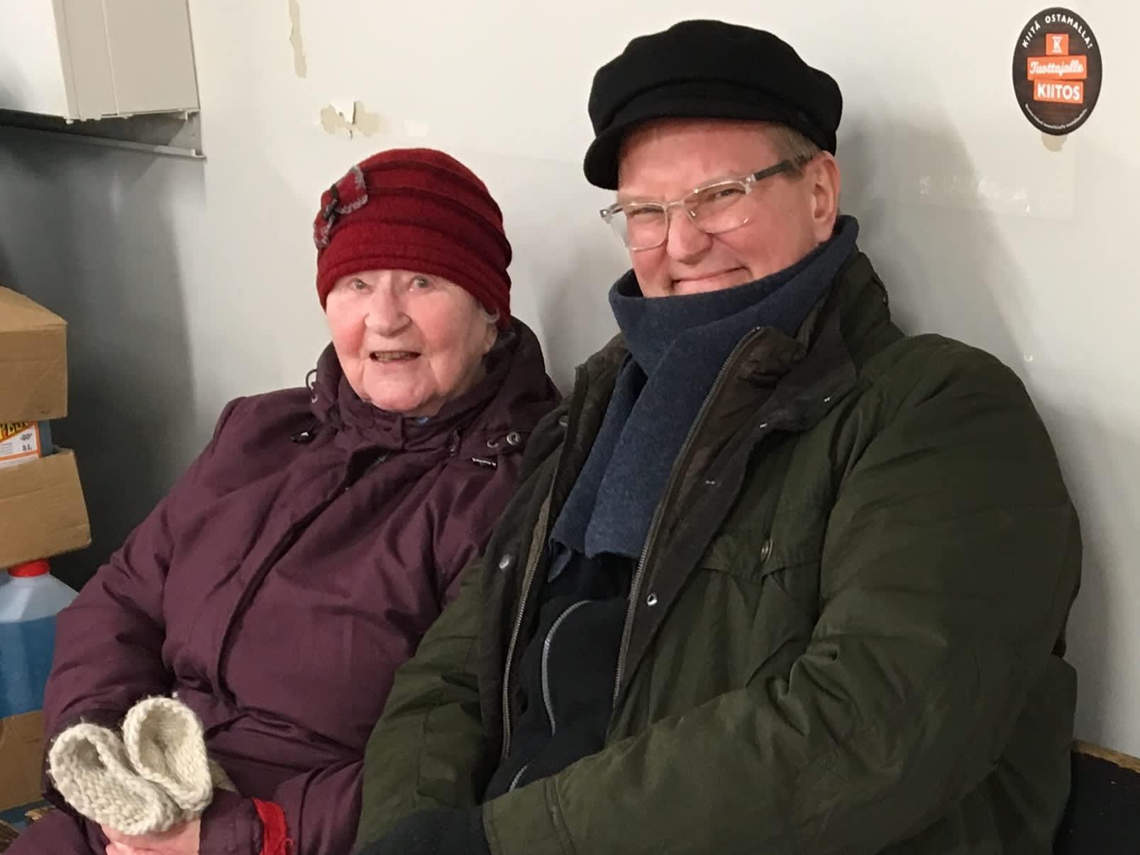 Kemijärveläinen Hilkka Karakko ja kaino toimittaja kikkelipenkillä.