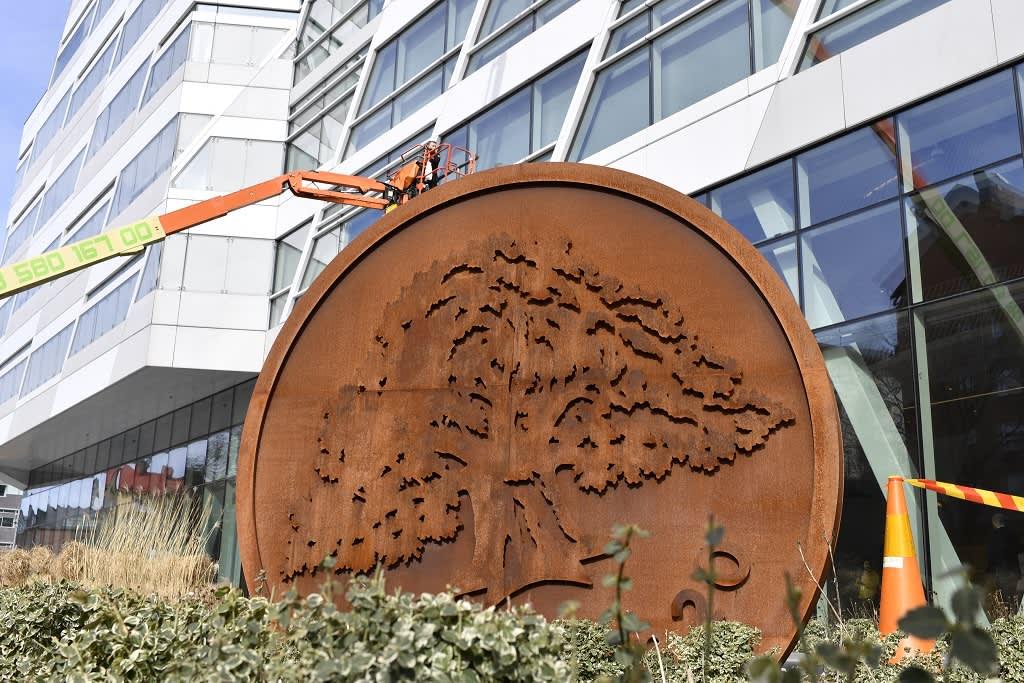 Kuvassa on Swedbankin pääkonttorin julkisivu. Etualalla on suuri Swedbankin logo.