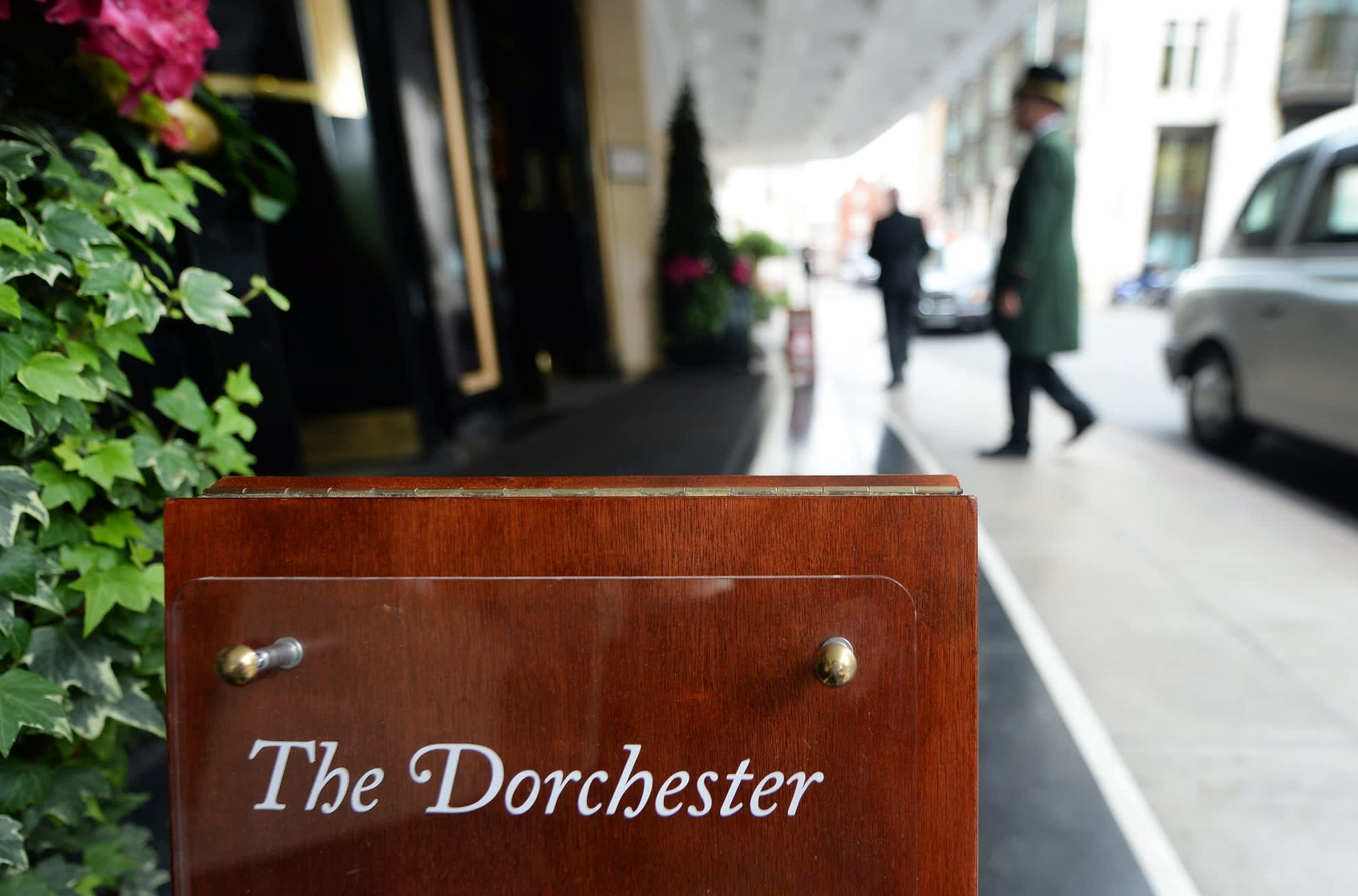 The Dorchester -hotellin pääovi Lontossa.