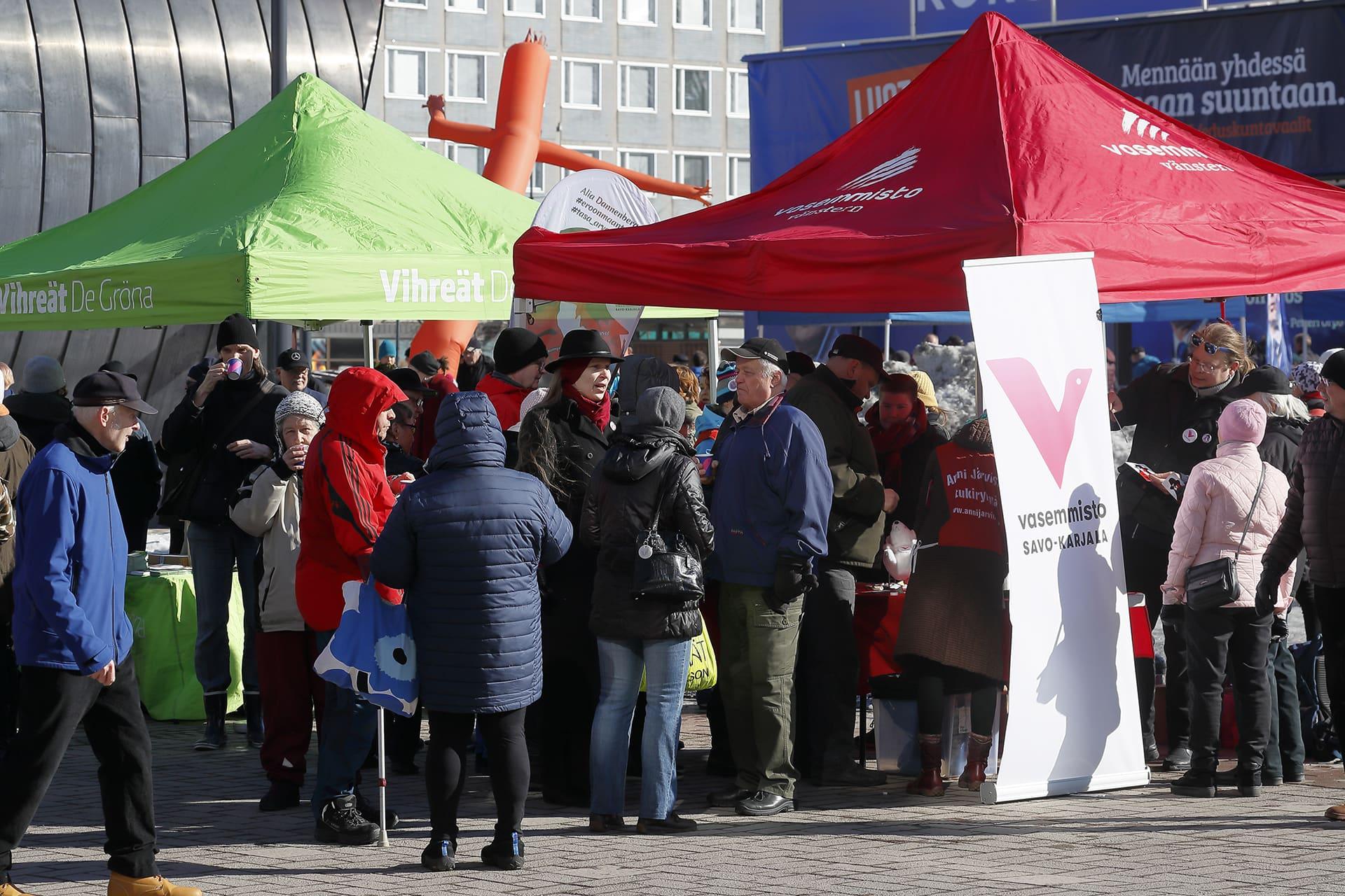 Vaalikampanjointia Joensuussa 30. maaliskuuta.