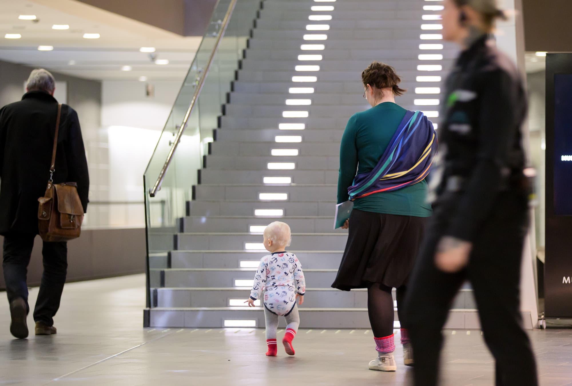 Anonyymi 1-vuotias (noin) taapero ja äiti Musiikkitalossa, 19.10.2016.