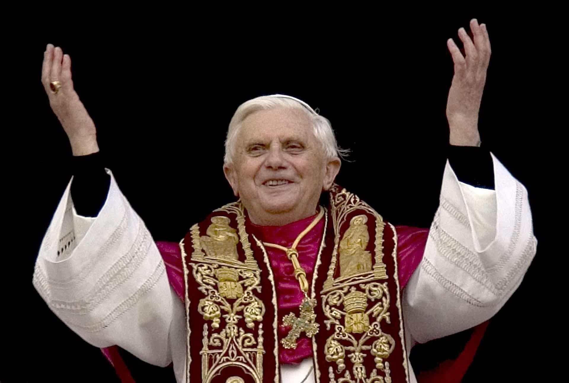 Paavi Benedictus XVI noustuaan virkaansa vuonna 2005.