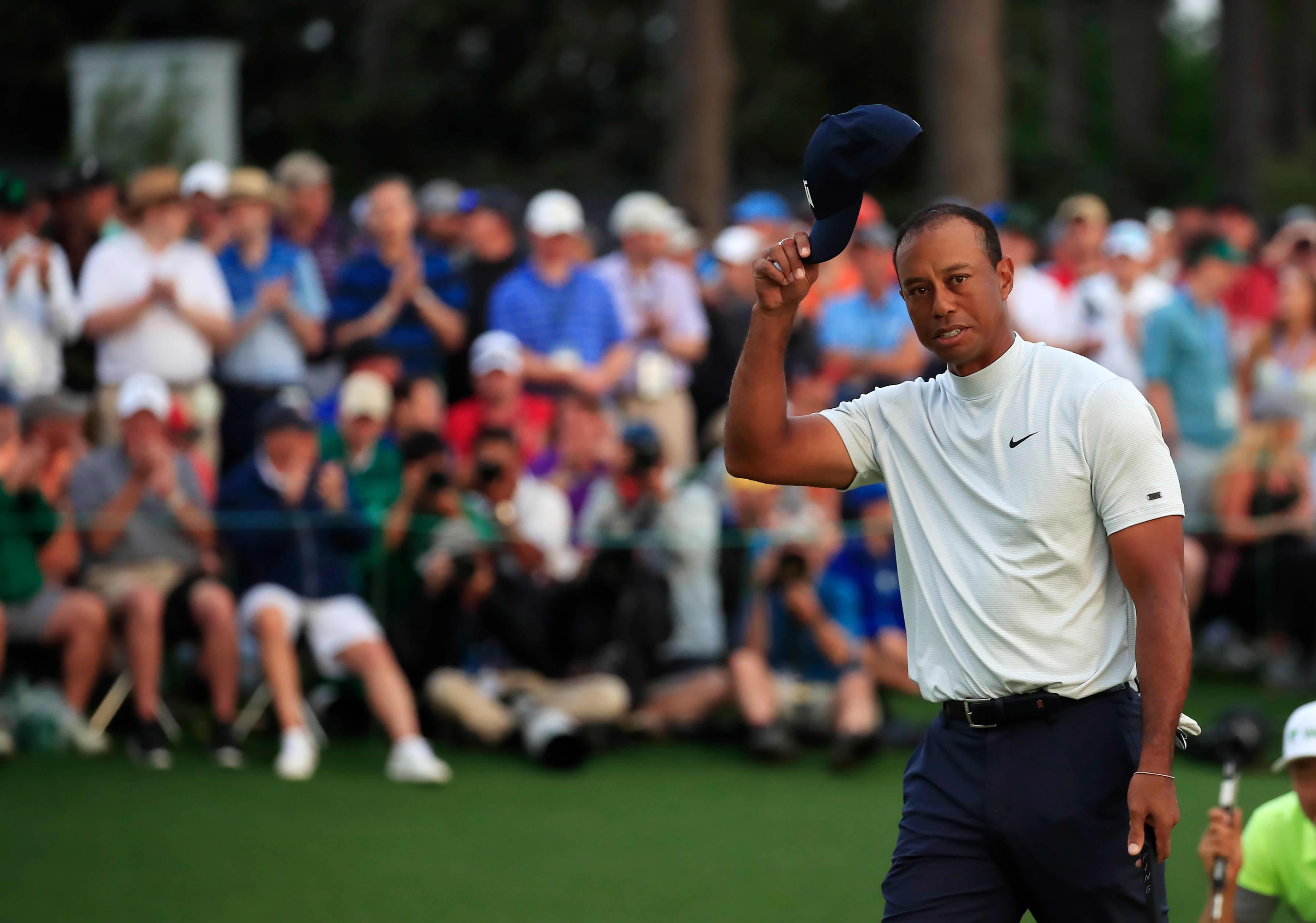 Tiger Woods kiittää yleisöä.