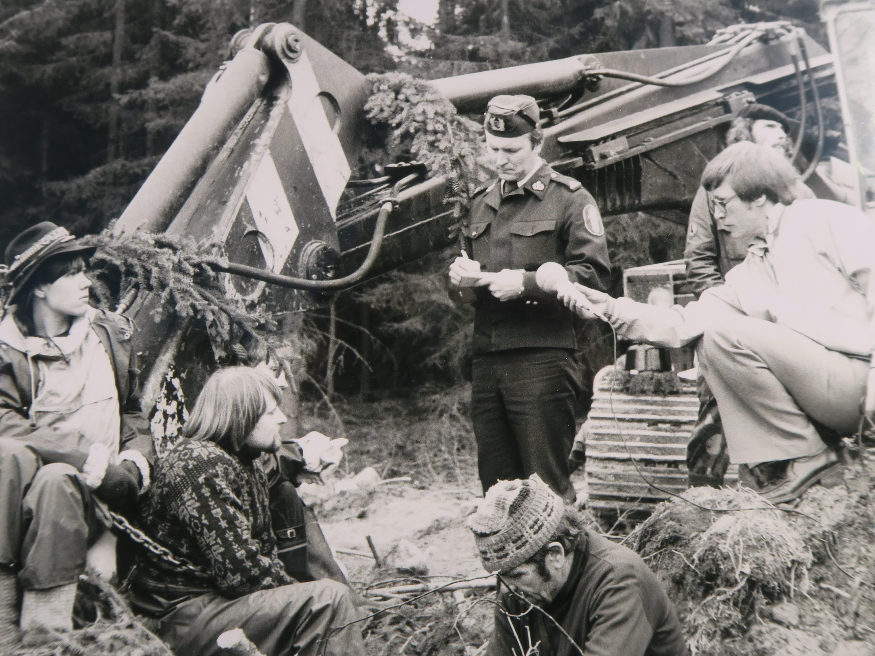 Luontoaktivistit, poliisi ja toimittaja Koijärvellä