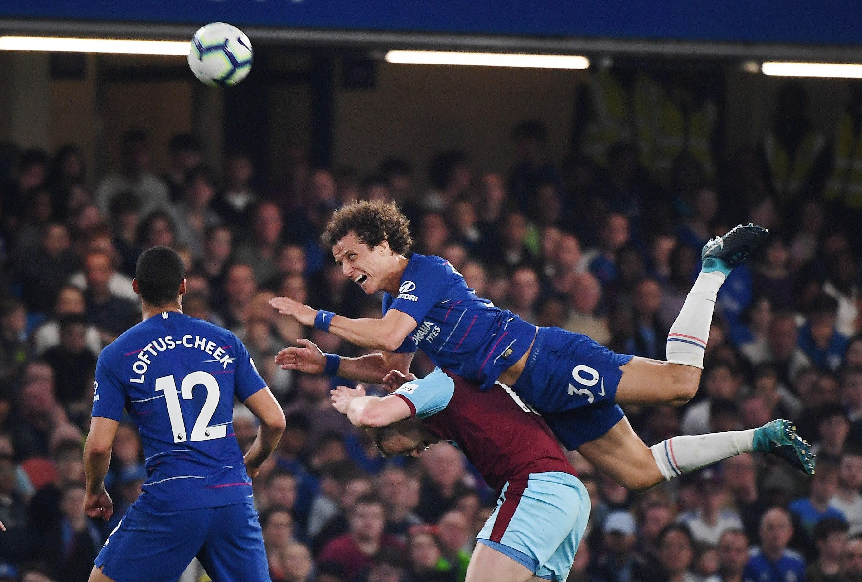 Chelsean David Luiz kuvassa