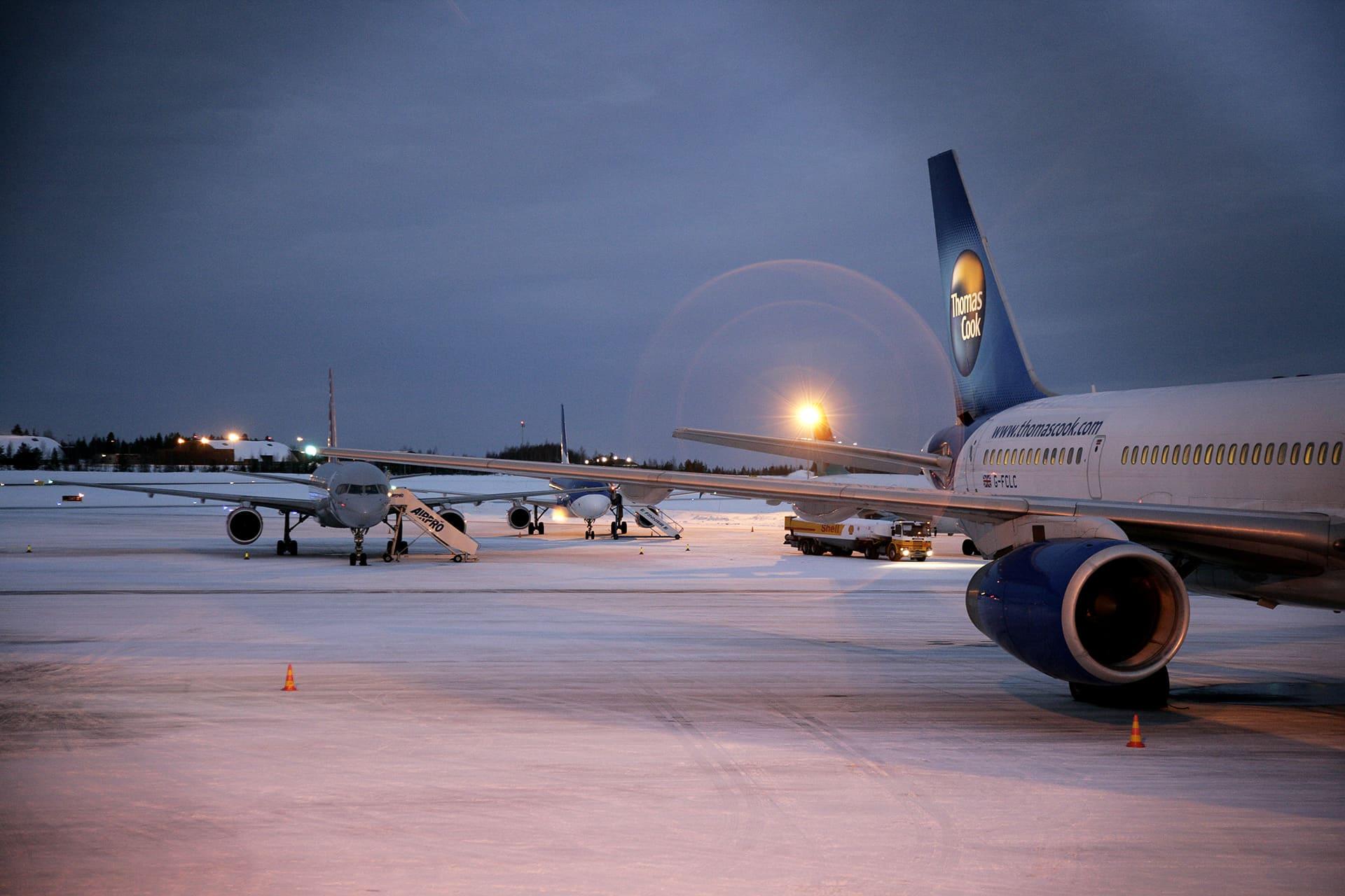 Charter-koneita talvisella Rovaniemen lentoasemalla.