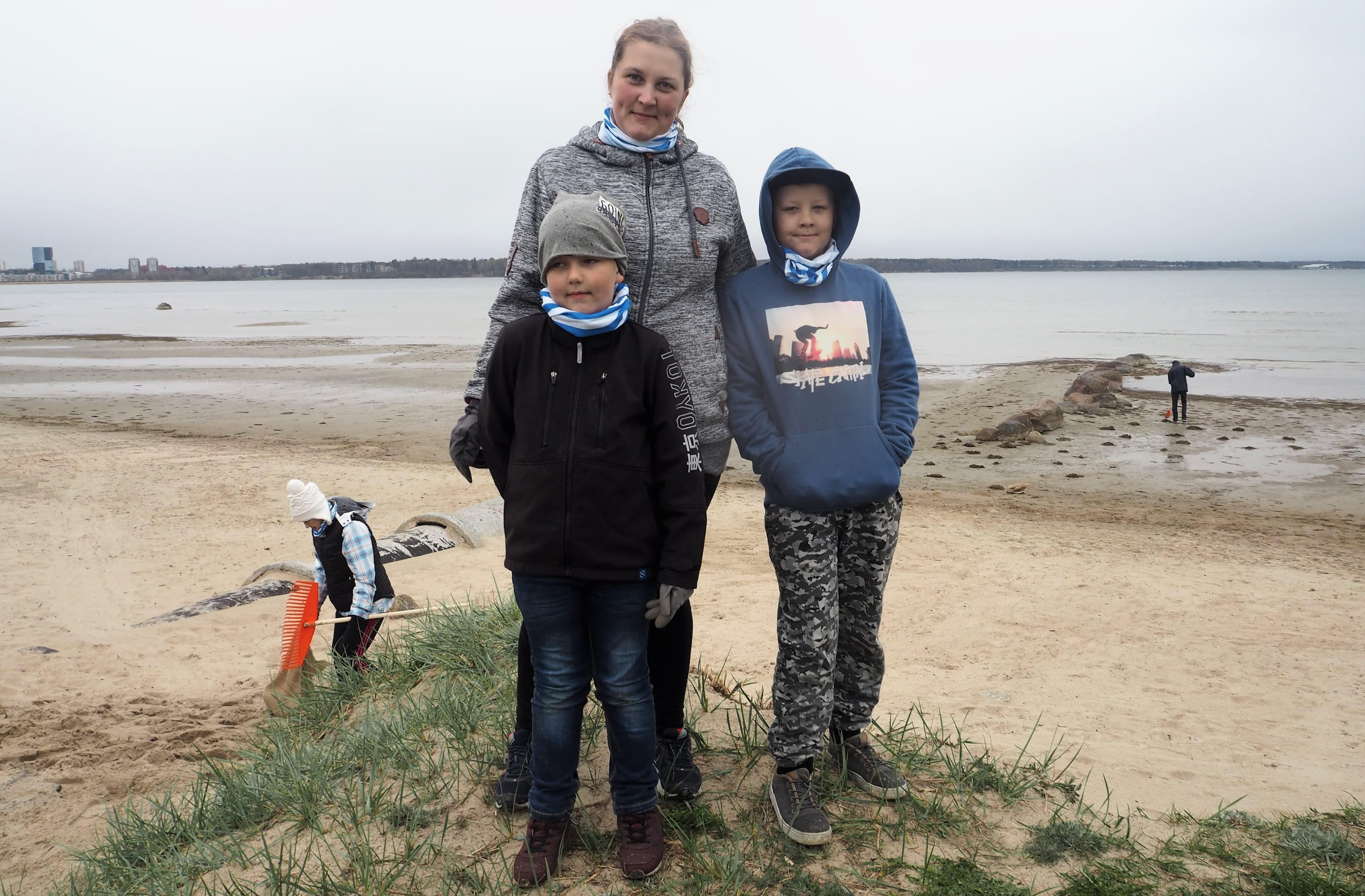 Kerli Vallmann siivosi Stroomin uimarantaa lastensa Jonathan Ahten (oik.) ja Taaniel Ahten kanssa.