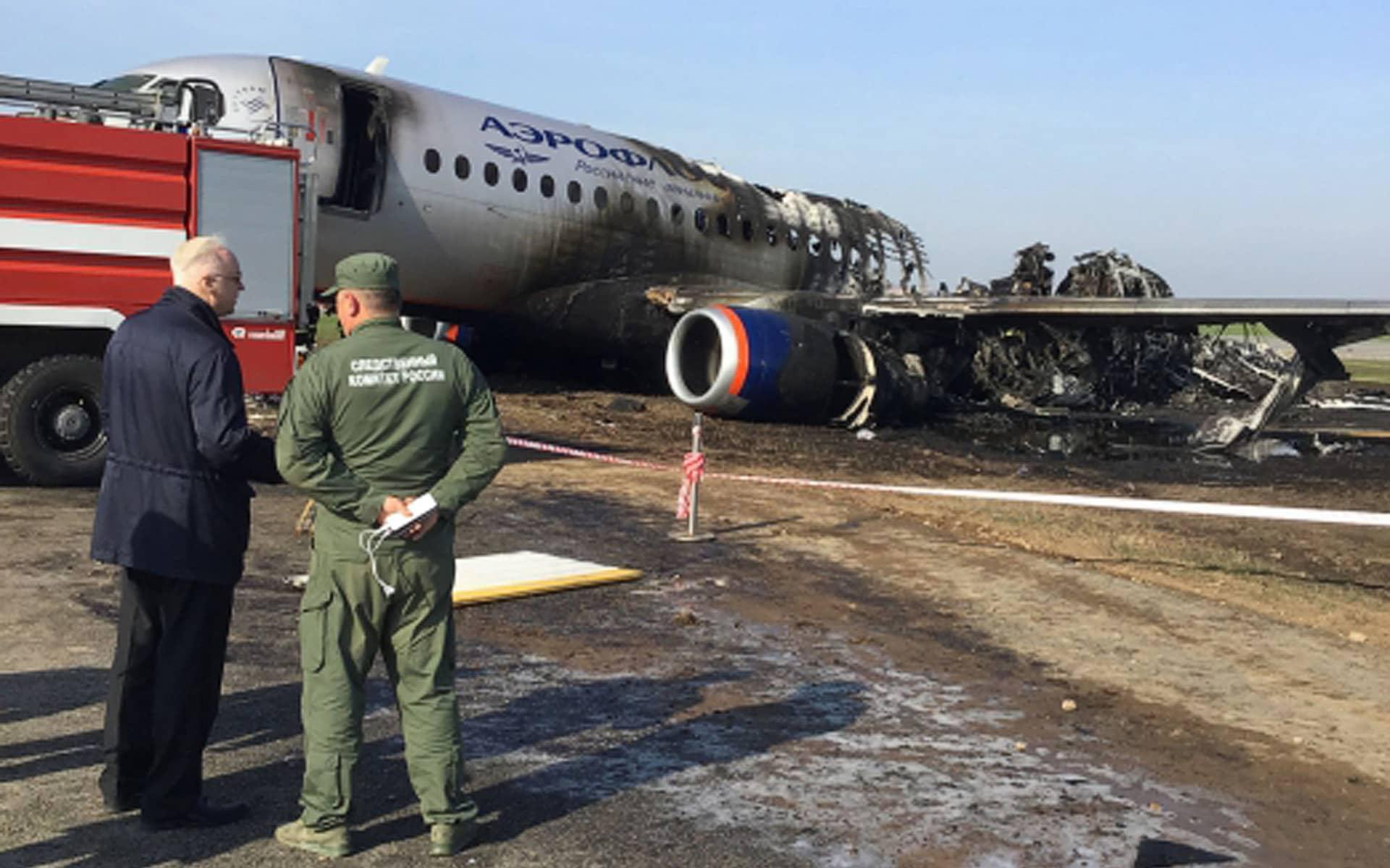 Aeroflot-yhtiön Suhoi SSJ100 -koneen jäännökset Šeremetjevon kentällä Moskovassa.