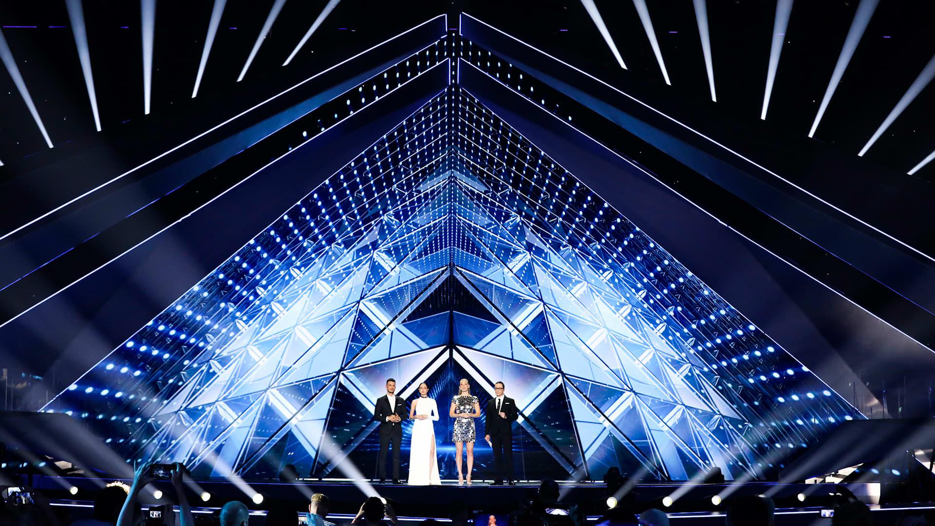 Yleisnäkymä lavalla jossa euroviisujuontajat Assi Azar, Lucy Ayoub, Bar Refaeli ja Erez Tal.