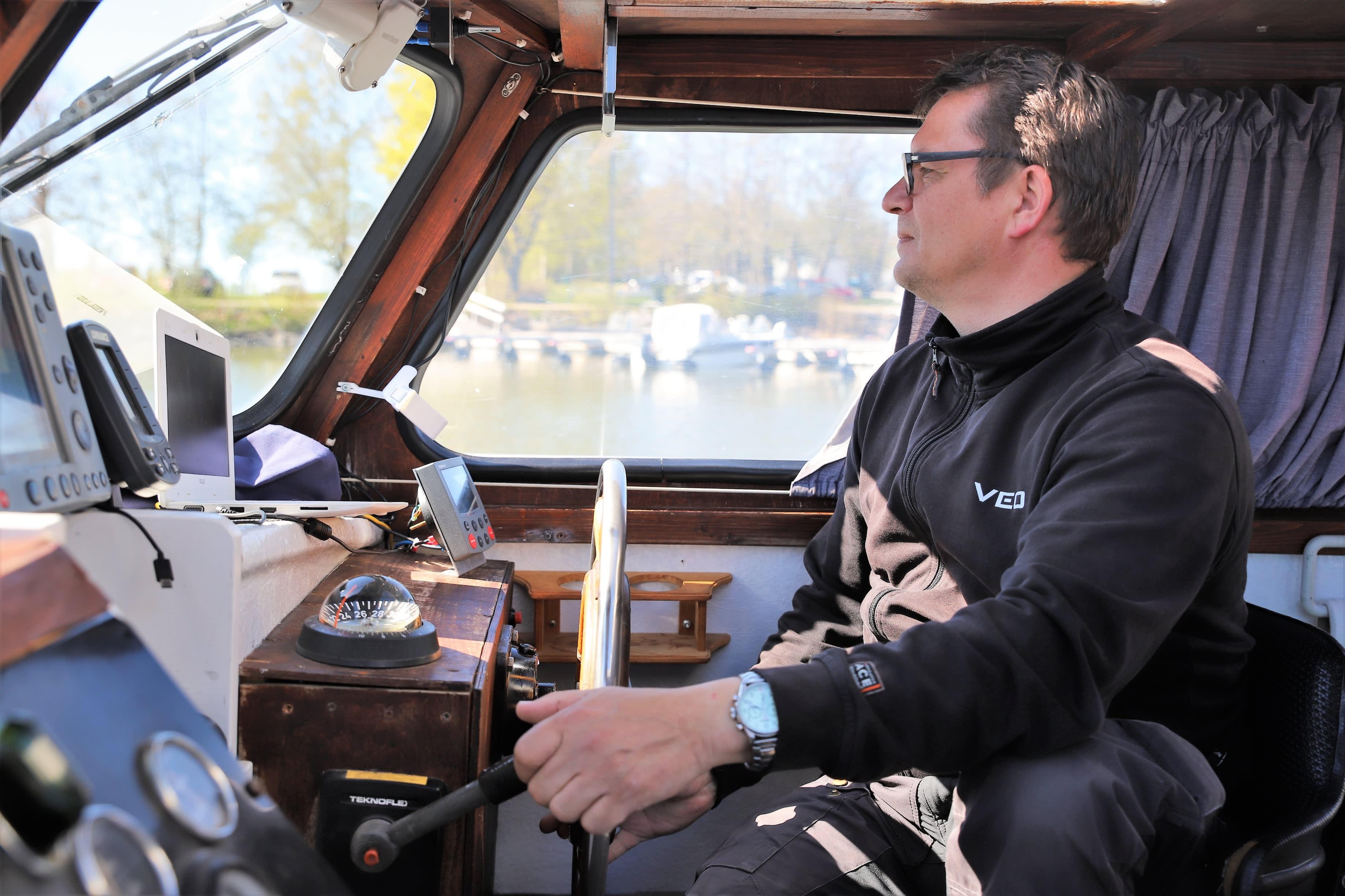 Antti Stig veneensä ohjaimissa