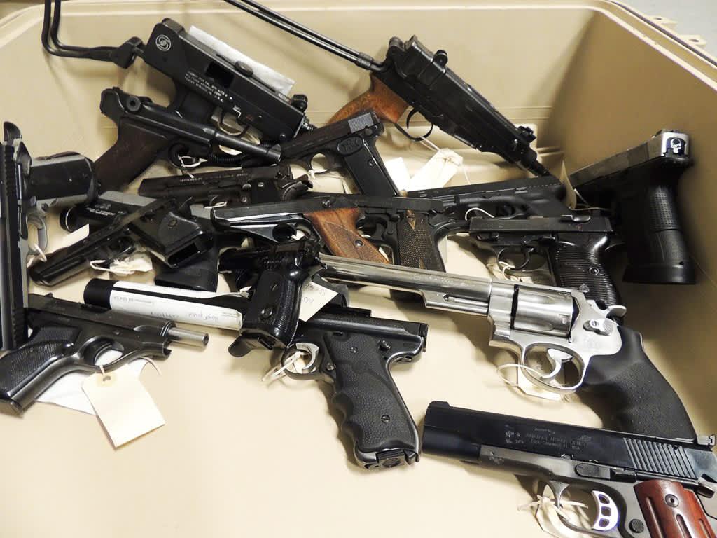 Poliisin takavarikoimia aseita
