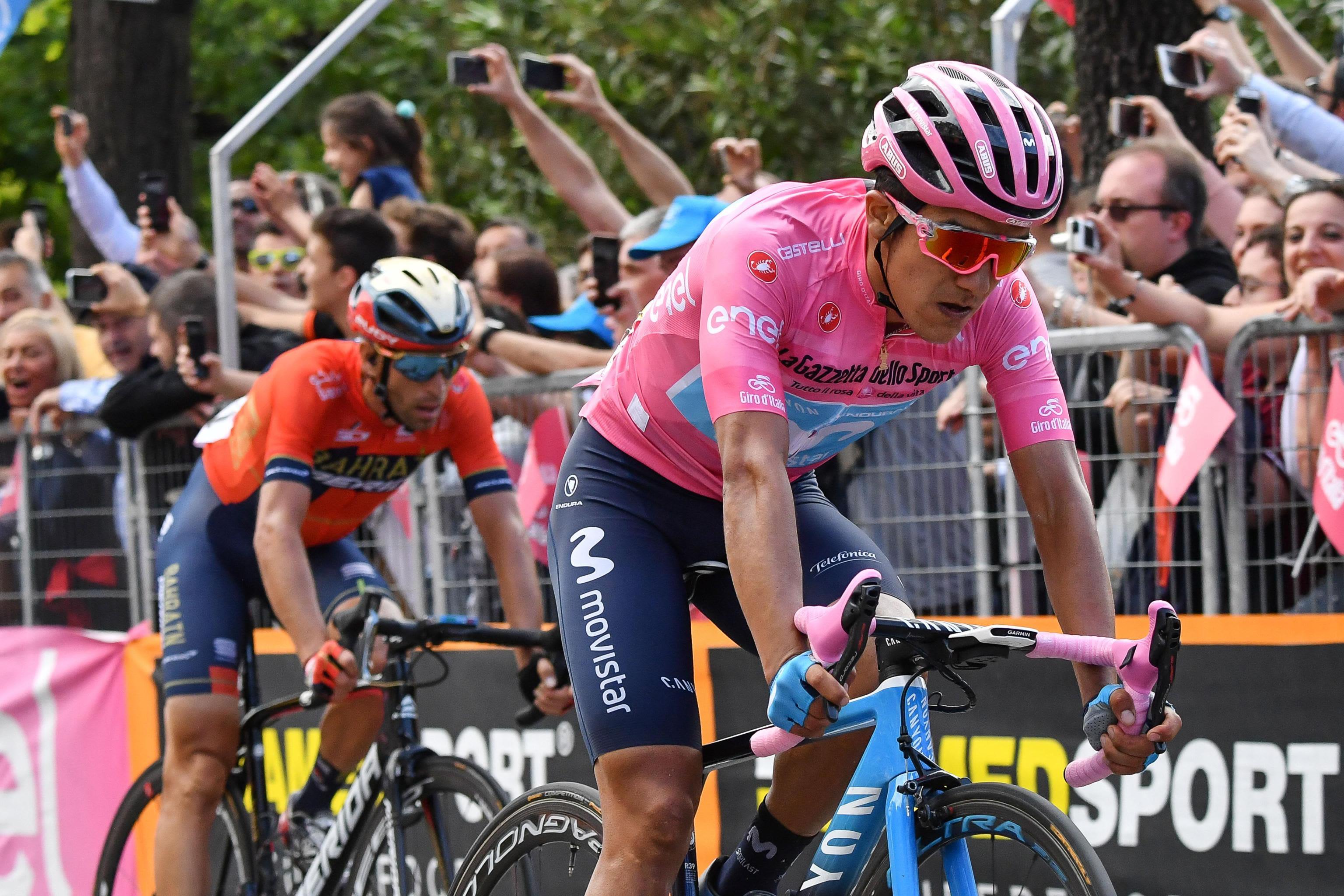 Italian ympäriajoa johtava Richard Carapaz (oik.) ja Vincenzo Nibali ovat Giro d'Italian ennakkosuosikkeja, kun kiertueen viimeinen viikko on käynnistymässä.