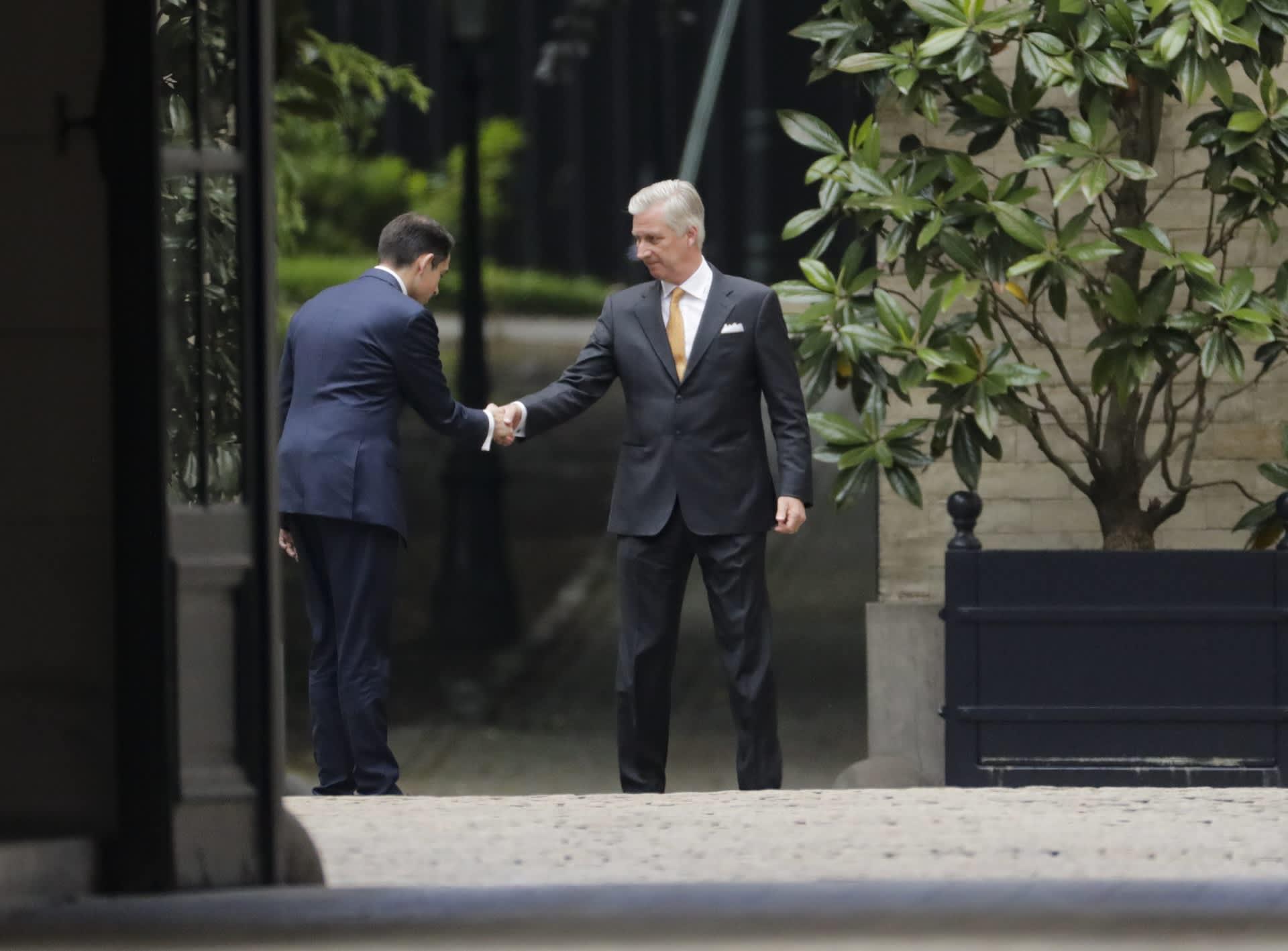 Kuningas Philippe kättelee Tom Van Griekeniä.