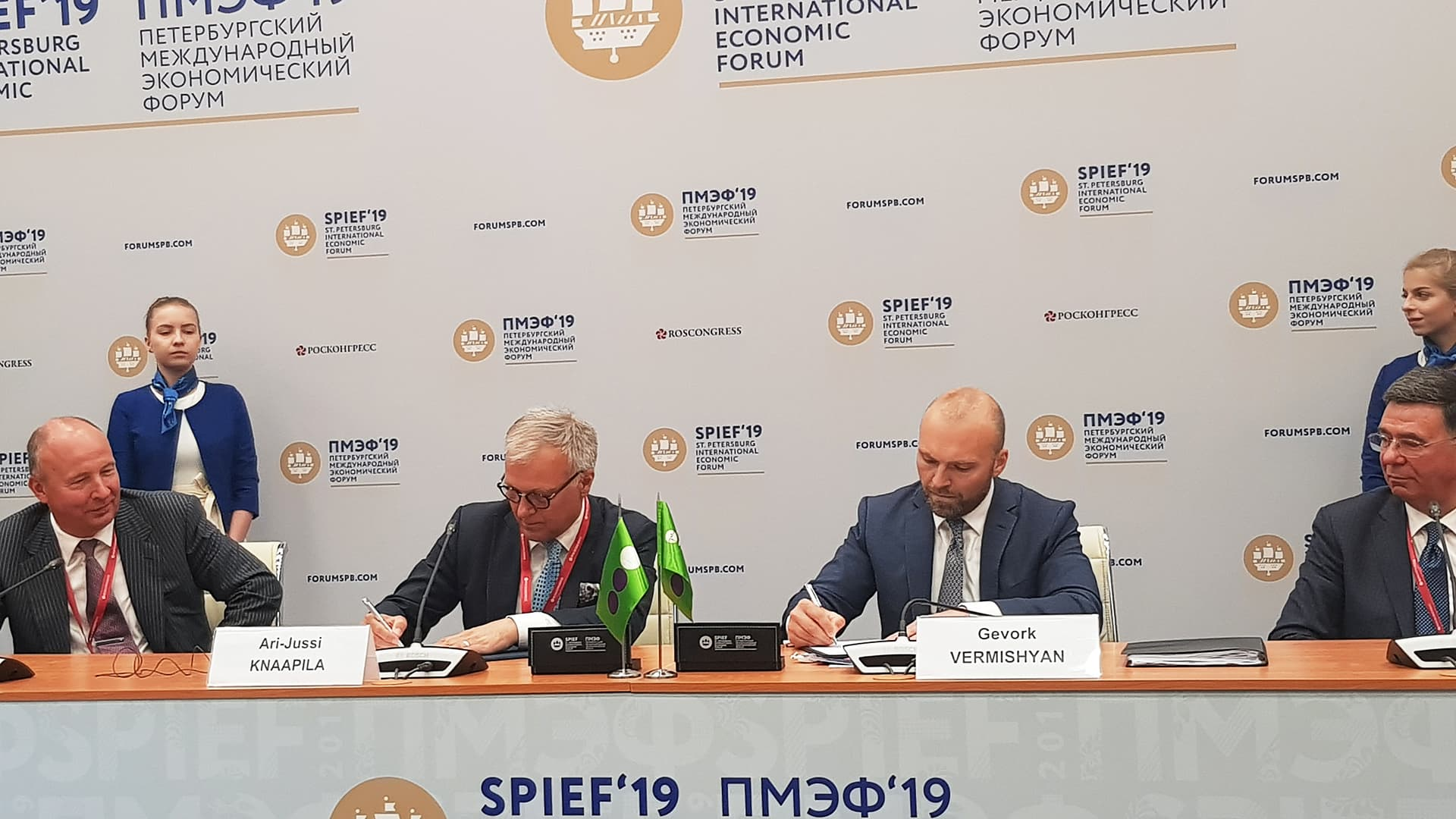 Cinia Oyn ja Megafonin johtajat allekirjoittivat aiesopimuksen.