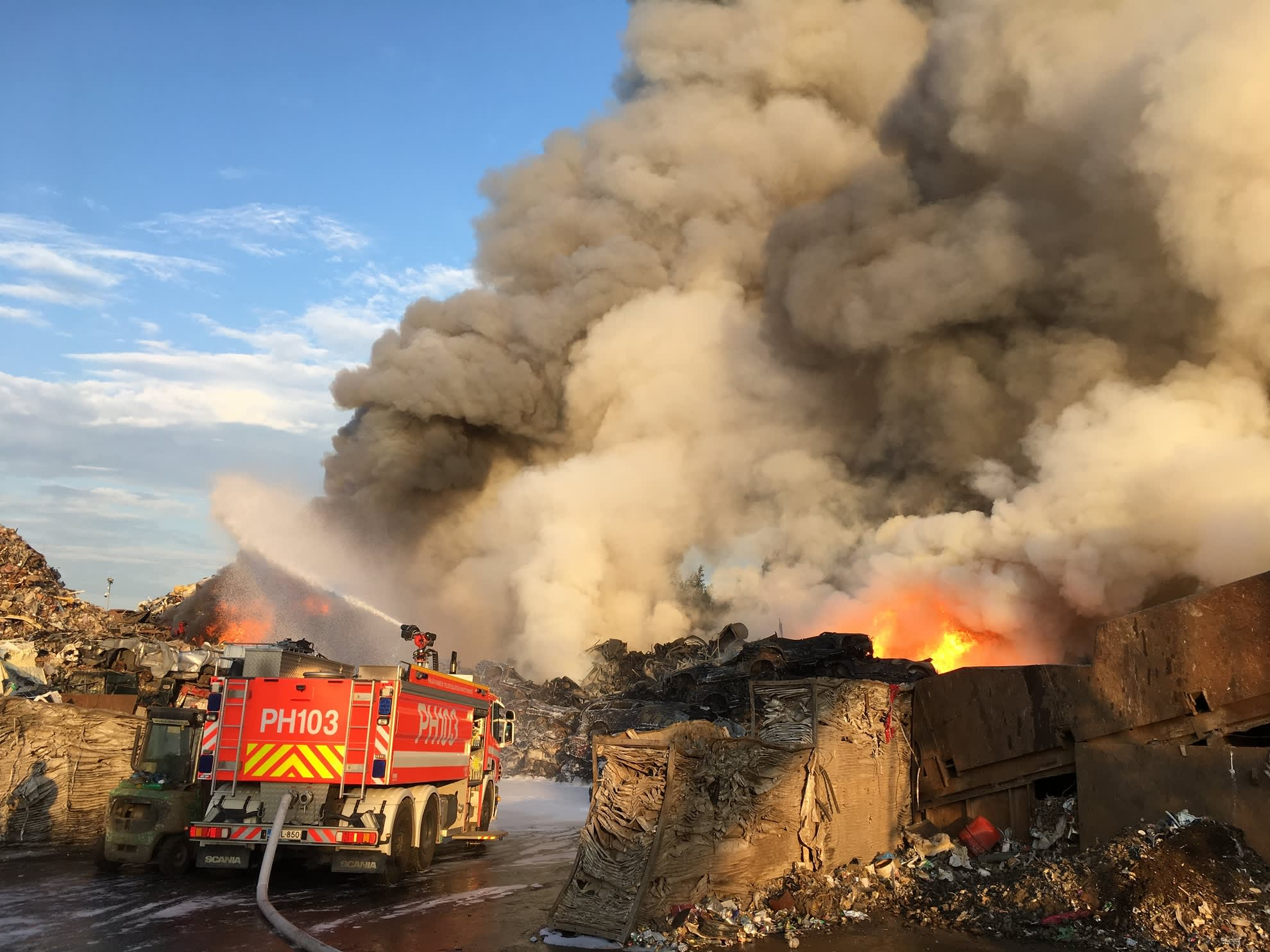 Palaa jäteautokasa levittää runsaasti vaarallista savua lähiympäristöön.