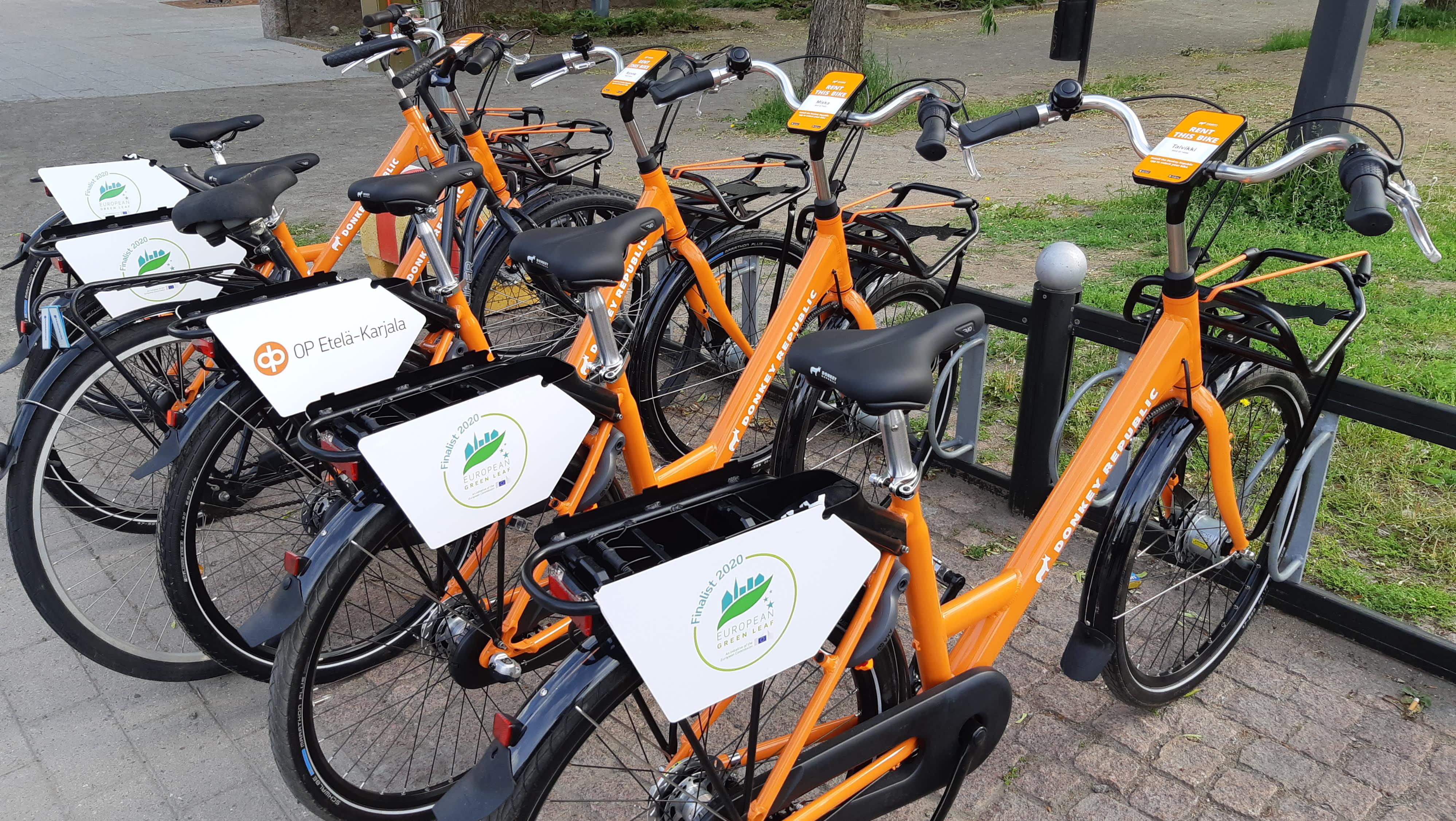 Kaupunkipyöriä pyörätelineessä Lappeenrannan keskustassa.