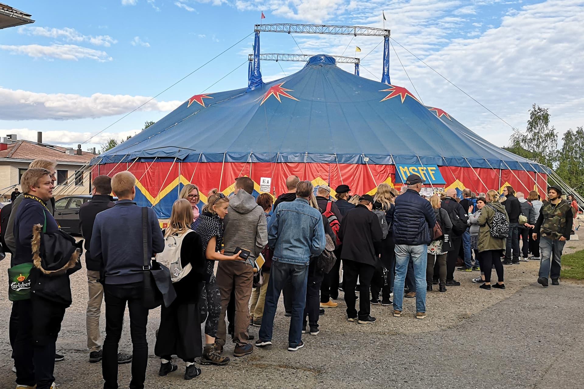Ihmiset jonottavat Sodankylän elokuvajuhlilla isoon telttaan elokuvanäytökseen.