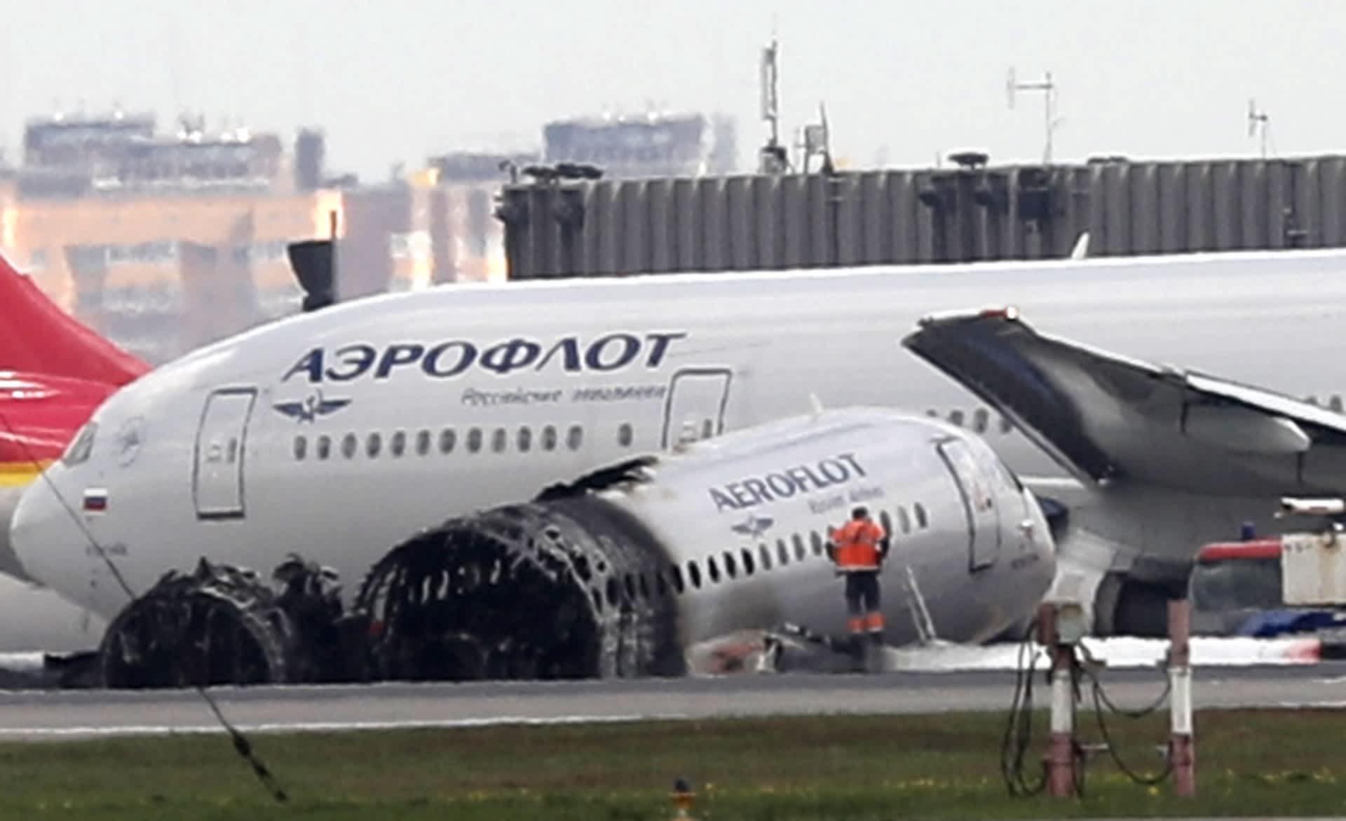 Tuhoutunut Aeroflotin Superjet-kone Moskovan Sheremetjevon lentokentällä 6. toukokuuta 2019.