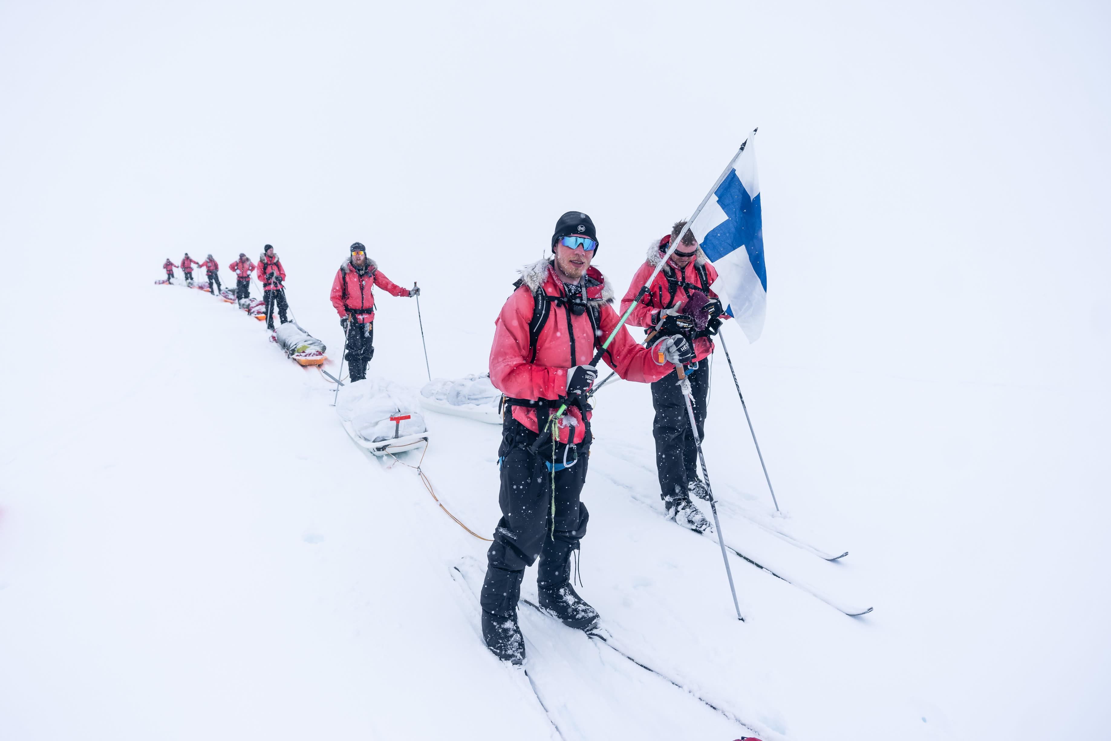 Viimeiset metrit juuri ennen jäätikön reunaa Suomen lippu liehuten
