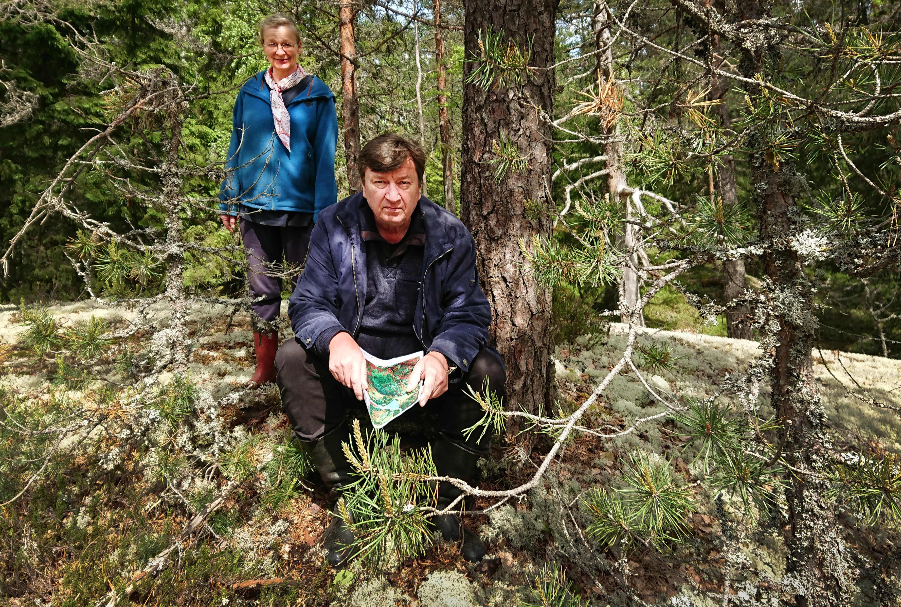 Aki Kaurismäki vaimonsa Paula Oinosen kanssa Keuraanmäen kalliolla Pusulassa.
