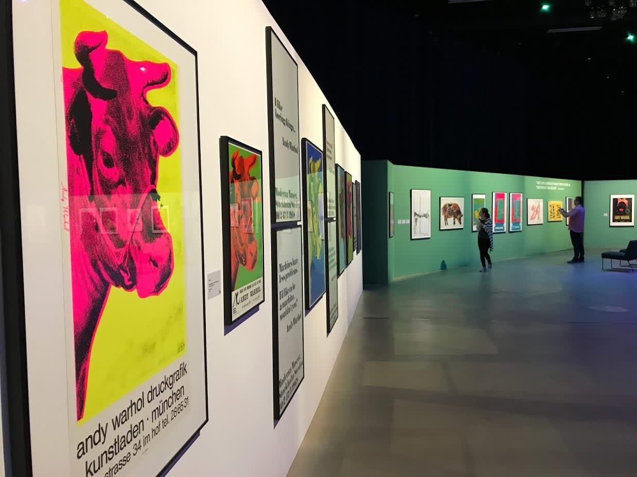Andy Warholin julisteita näyttelyssä