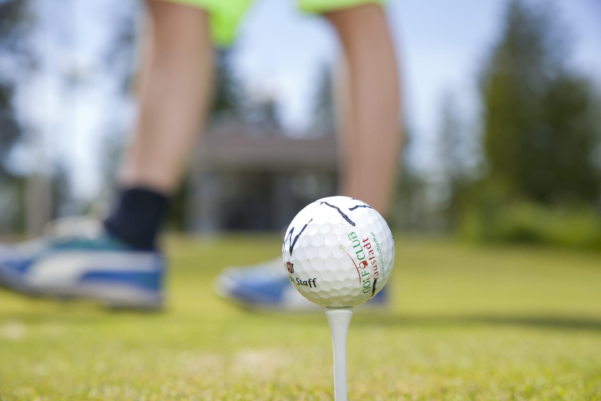 Golfpallo pidikkeessään