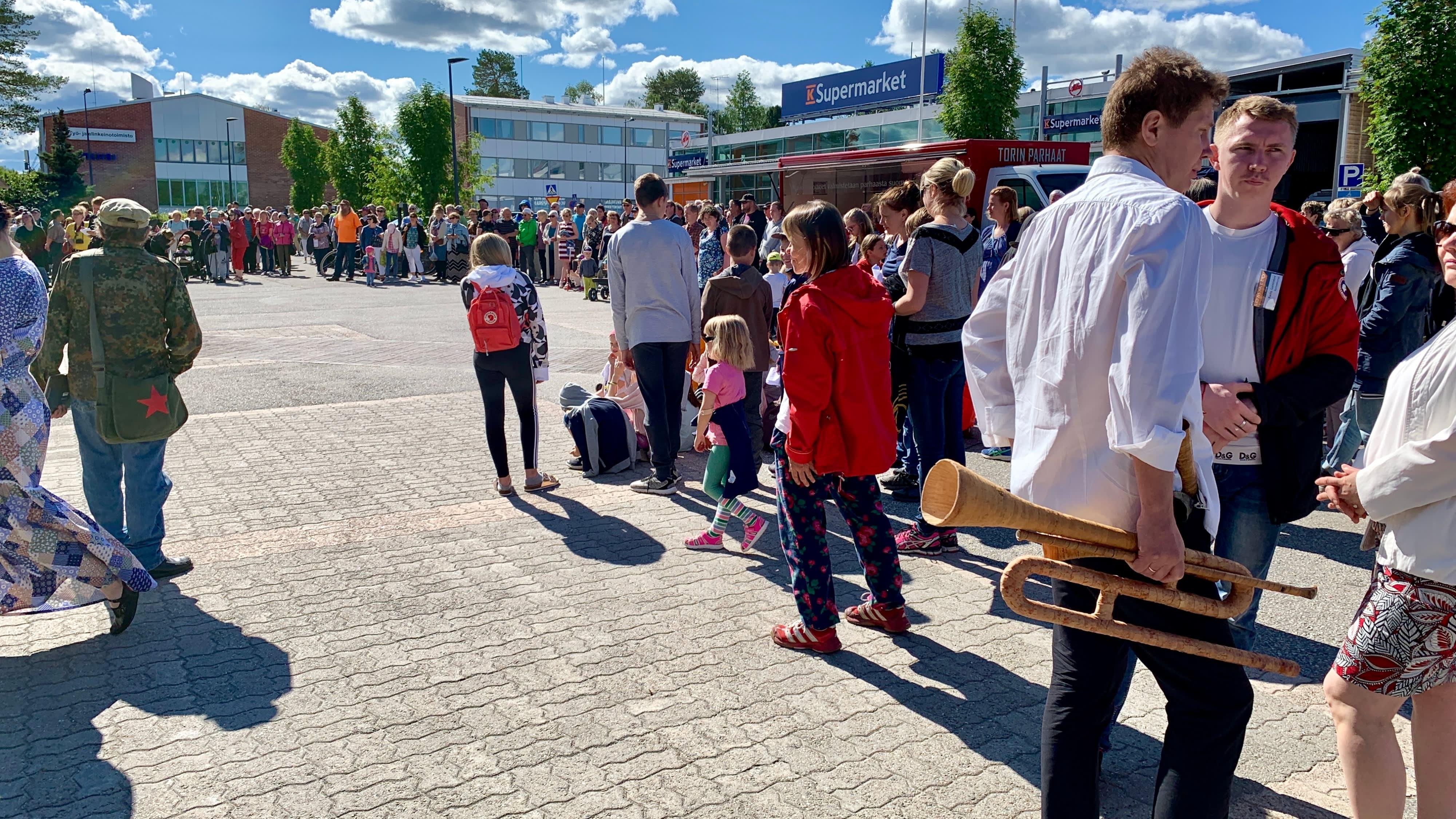 Ihmisiä Kuhmon keskustassa Sommelo-tapahtumassa.