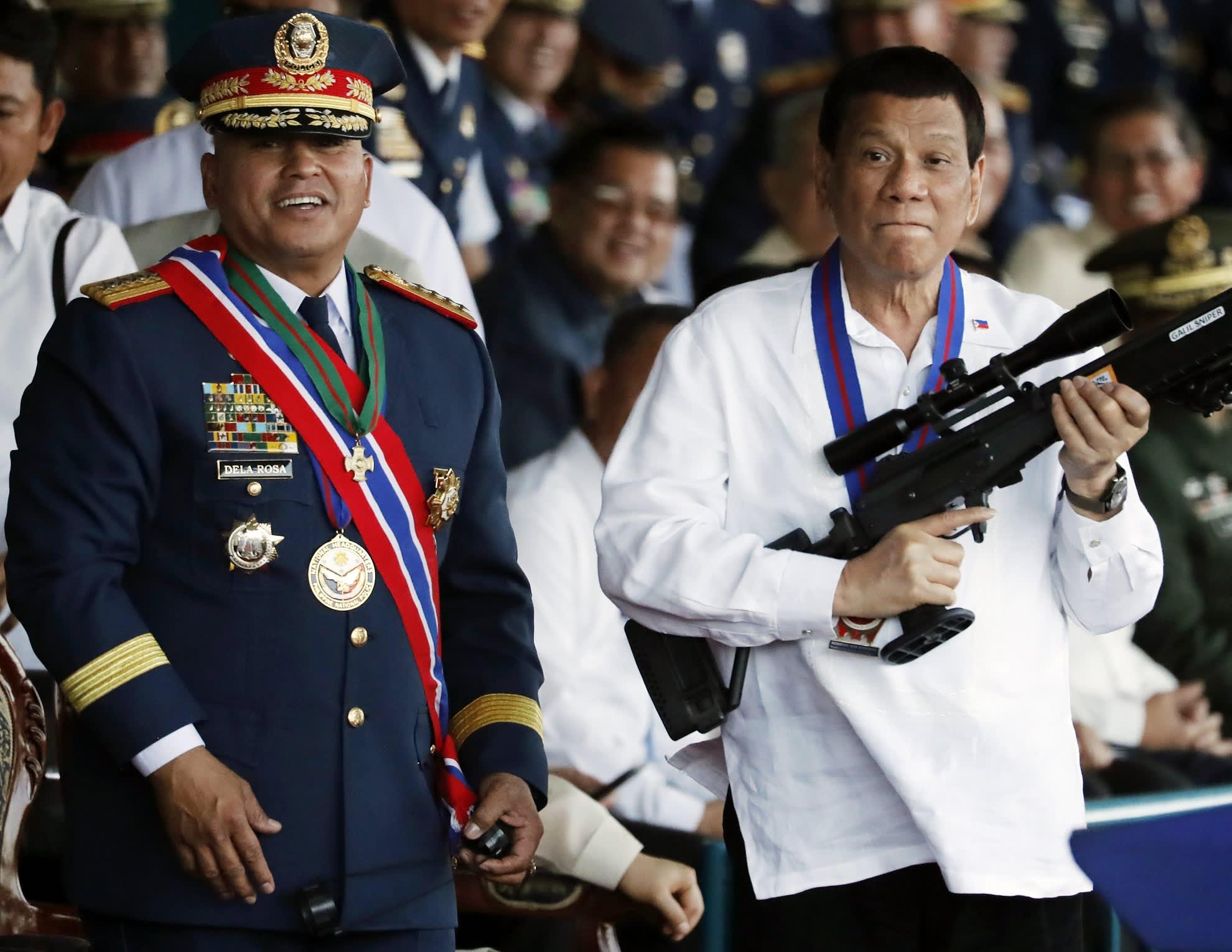 Presidentti Rodrigo Duterte  kuvattuna silloisen poliisipäällikön  Ronald dela Rosan kanssa Manilassa huhtikuussa 2018.