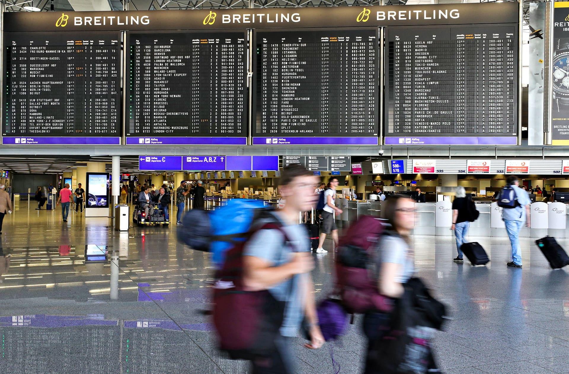 Matkustajia Frankfurtin lentokentän ensimmäisen terninaalin alueella.