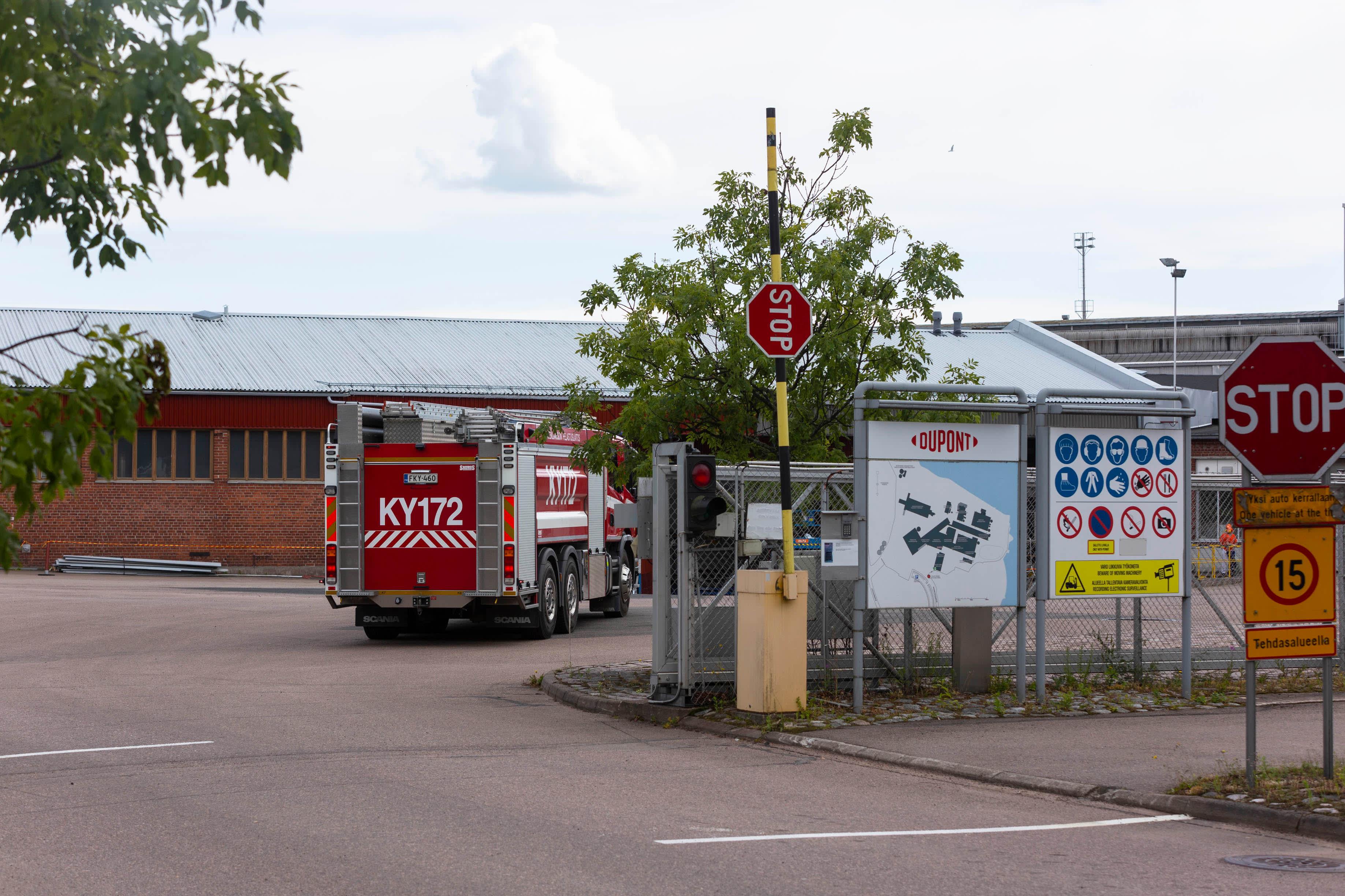 Paloauto tehtaan pihassa