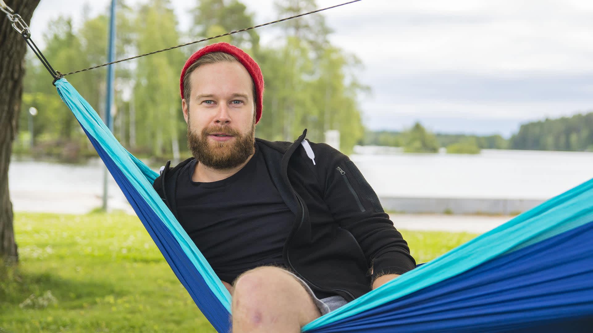 Niko Karjalainen istuu riippumatossa
