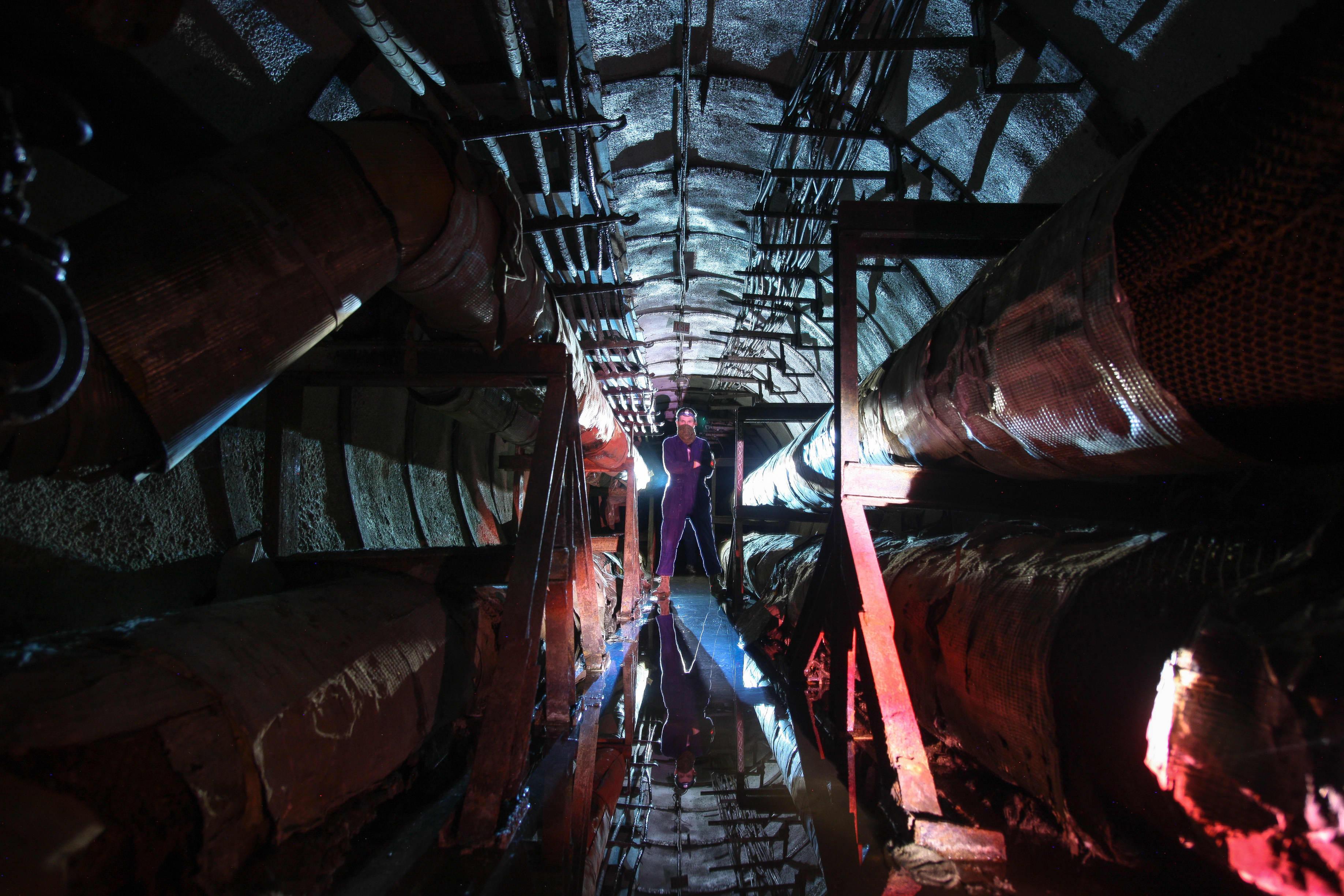 Artjom seisoo tunnelissa