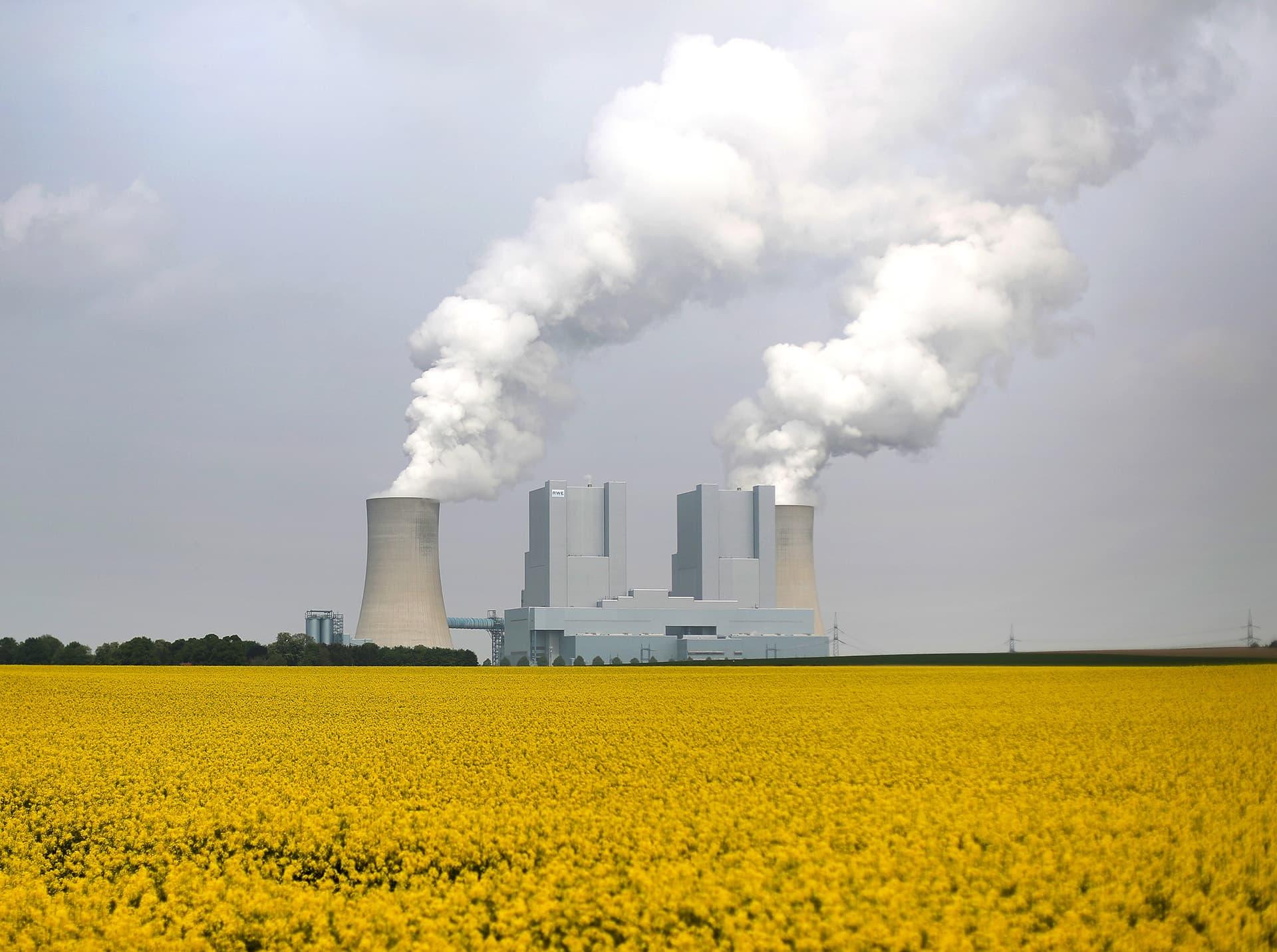 Höyryä tulee jäähdytyspiipuista hiilivoimalasta.