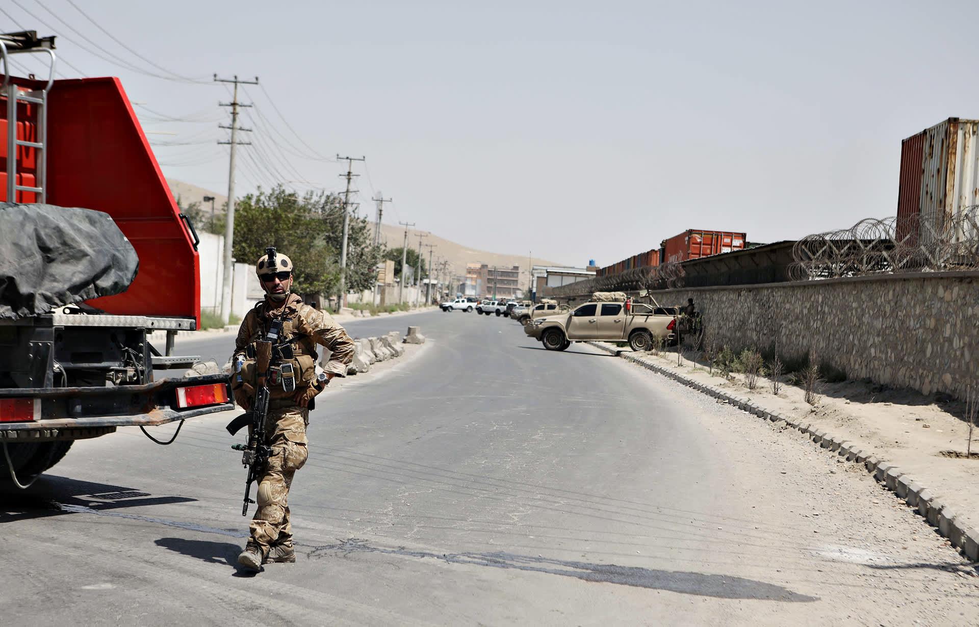Sotilas vartiossa lähellä itsemurhaiskun paikkaa Kabulissa 25. heinäkuuta 2019.