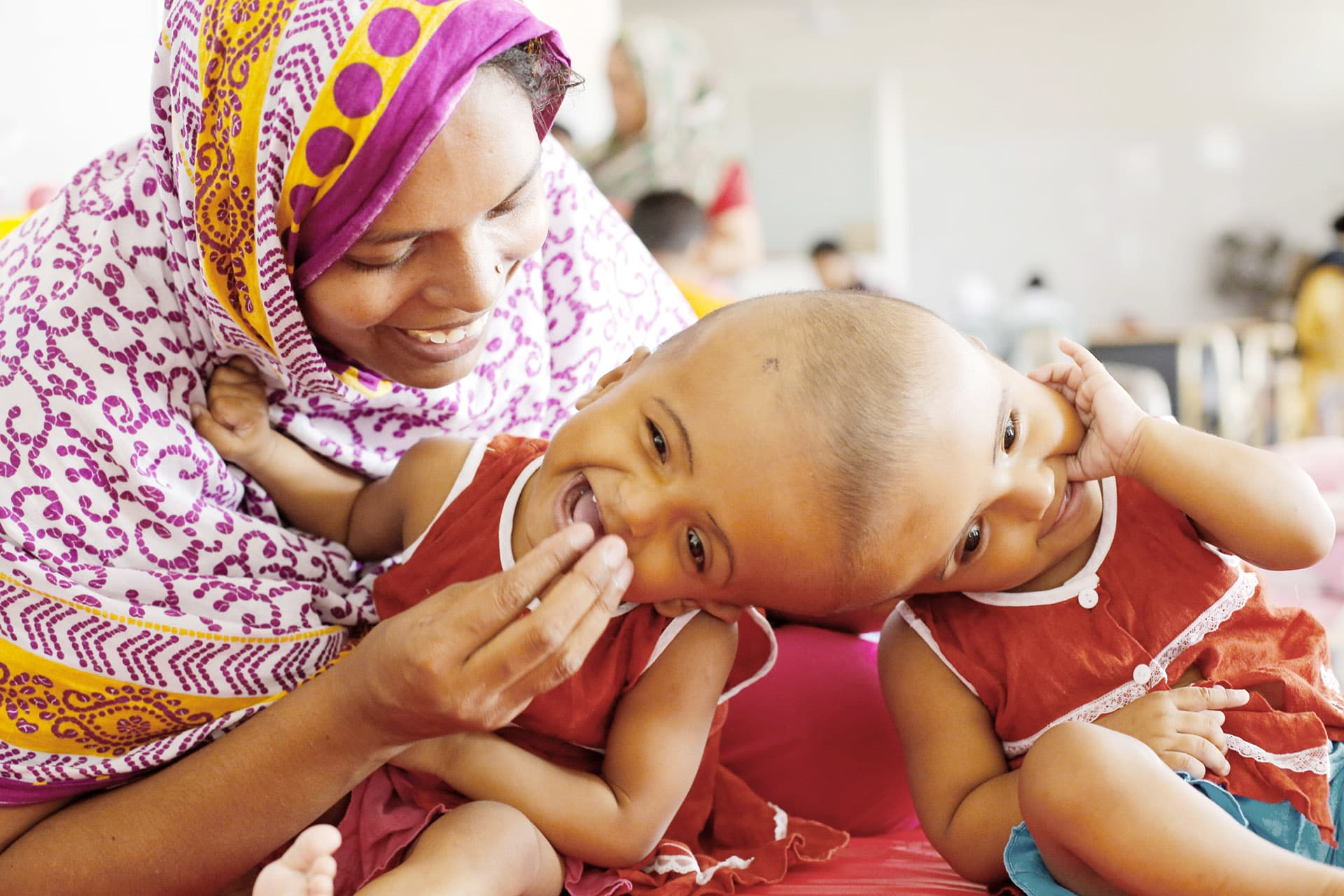 Siamilaiset kaksoset Rabeya ja Rukaya äitinsä Taslima Khatunin kanssa sairaalassa Dhakassa 28. heinäkuuta 2017.