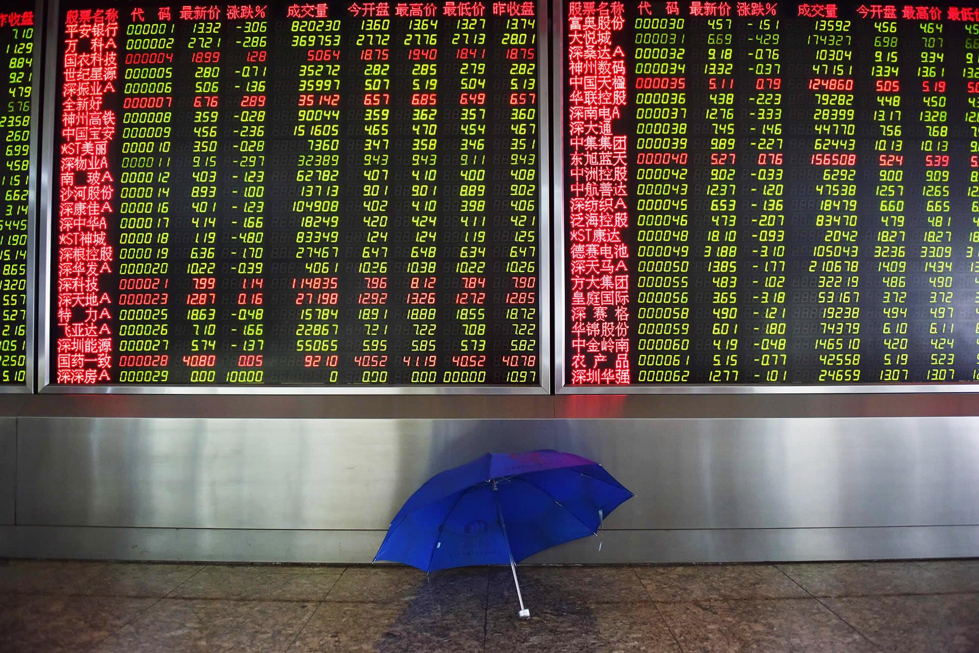 Pörssikursseja näyttävä valotaulu Pekingissä  maanantaina.