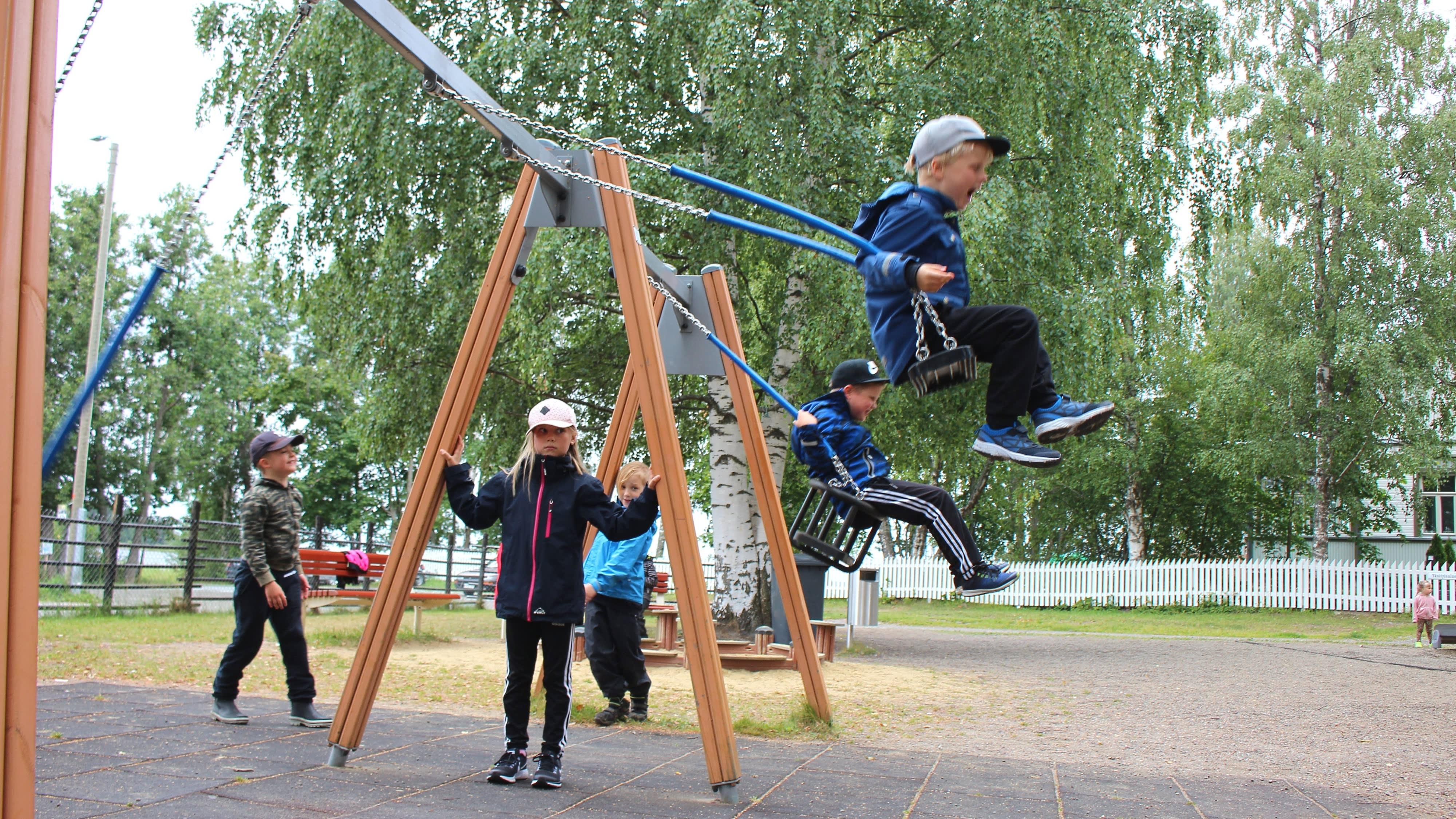 Lapsia keinumassa Joensuun Jokiaseman leikkipuistossa.