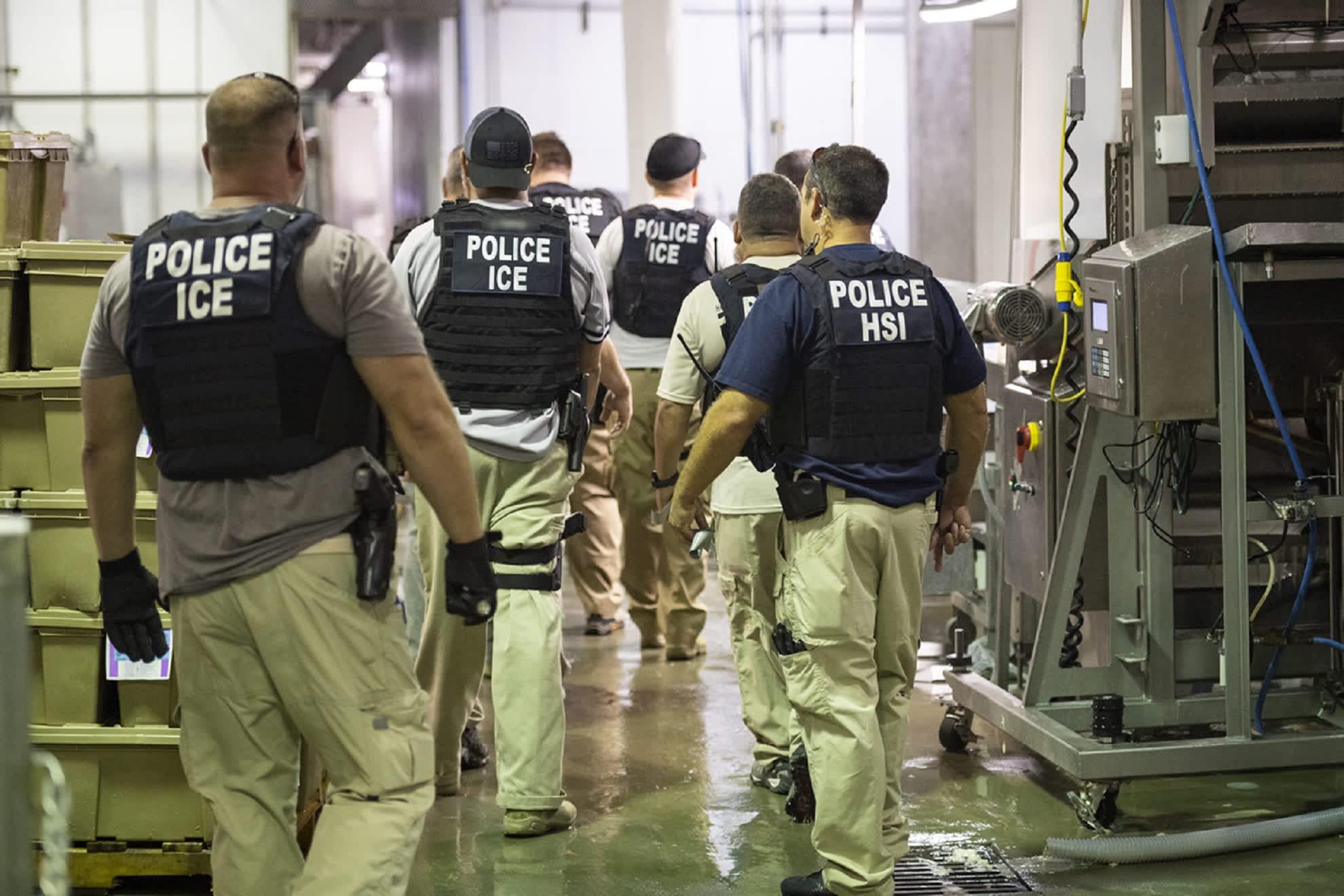 ICE:n agentit pidättivät lähes 700 siirtolaista useissa eri teollisuuslaitoksissa Mississippissä.