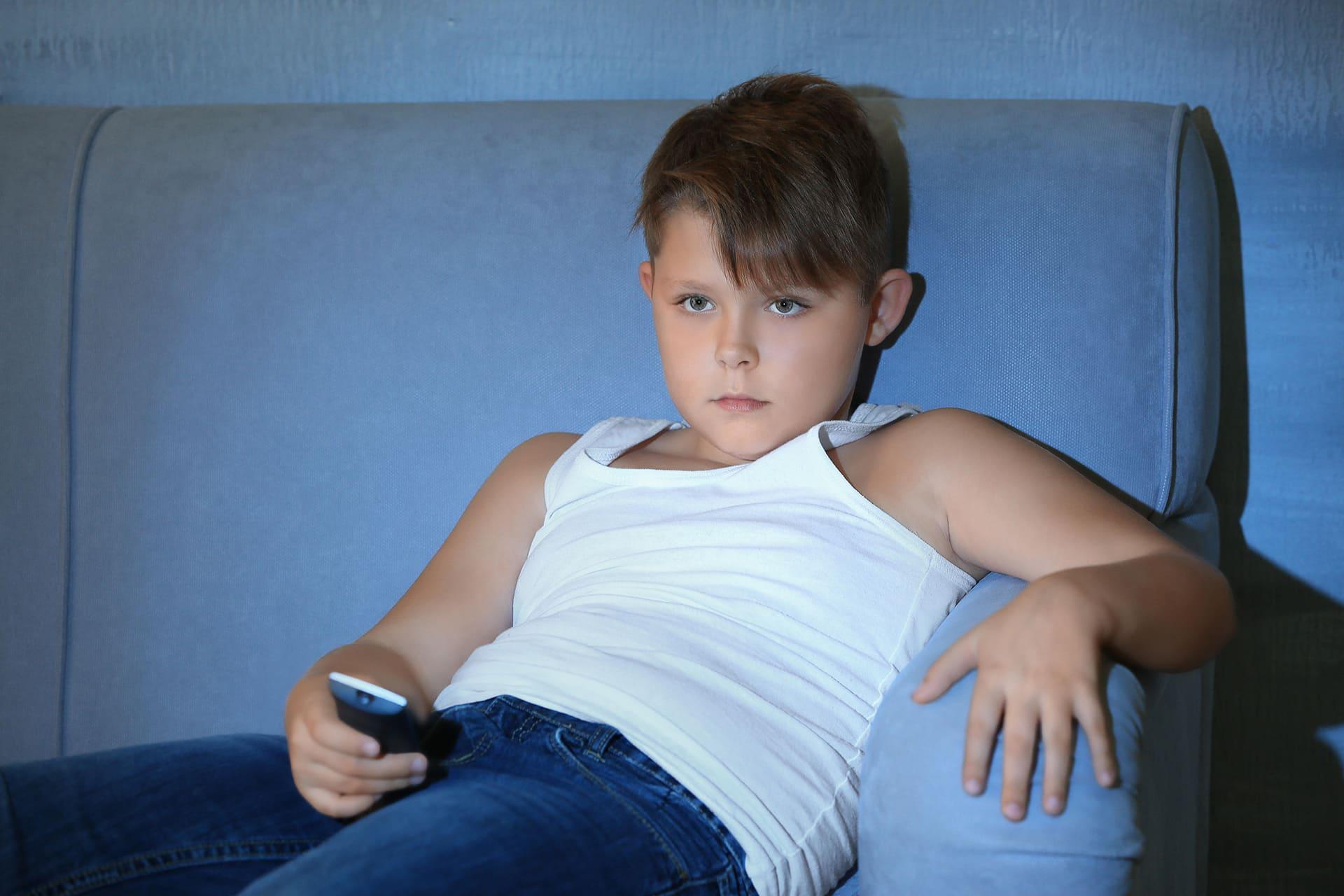Nuori poika katsoo telkkaria.
