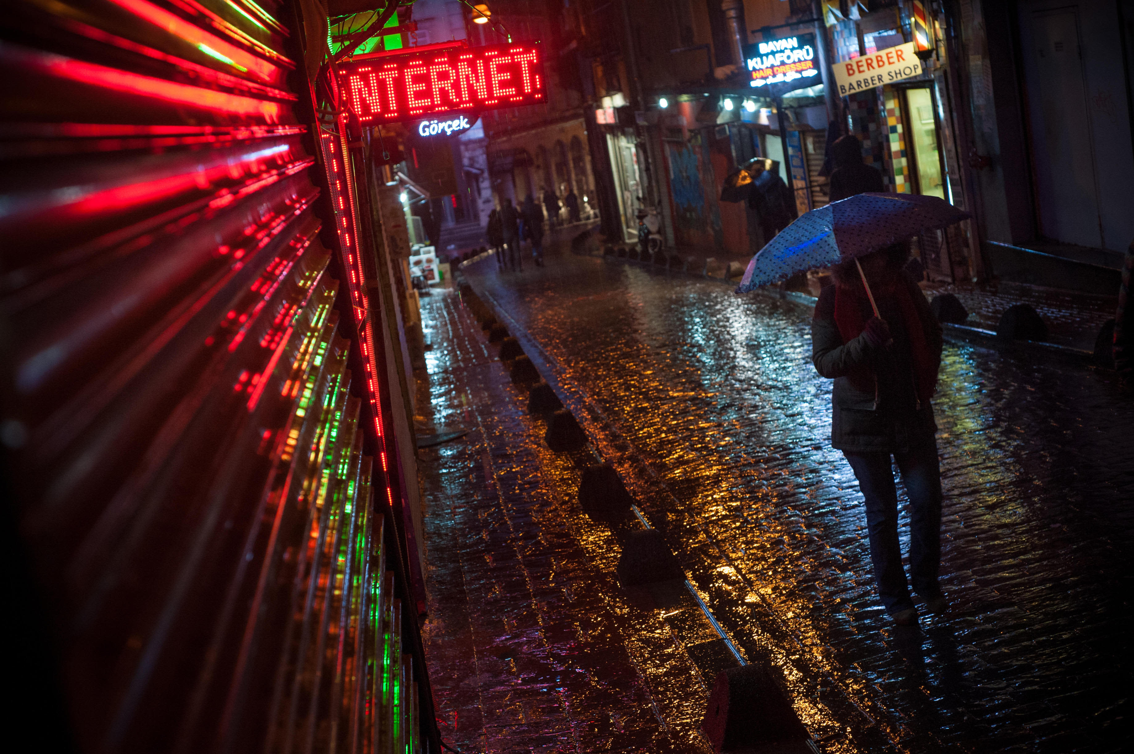 Nettikahvilan kyltti Istanbulissa.