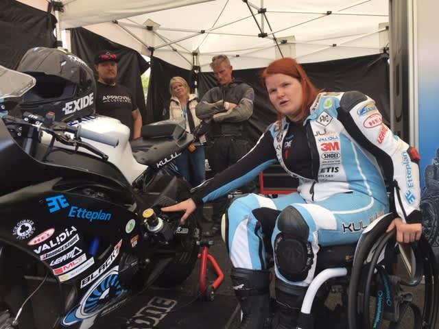Ratamoottoripyöräilijä Ulla Kulju Kymi Ringin Moto GP-testiajoissa elokuussa 2019.