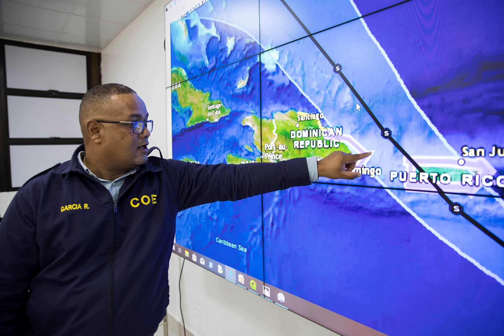 Viranomainen kuvailee Hurrikaani Dorianin kulkureittiä.