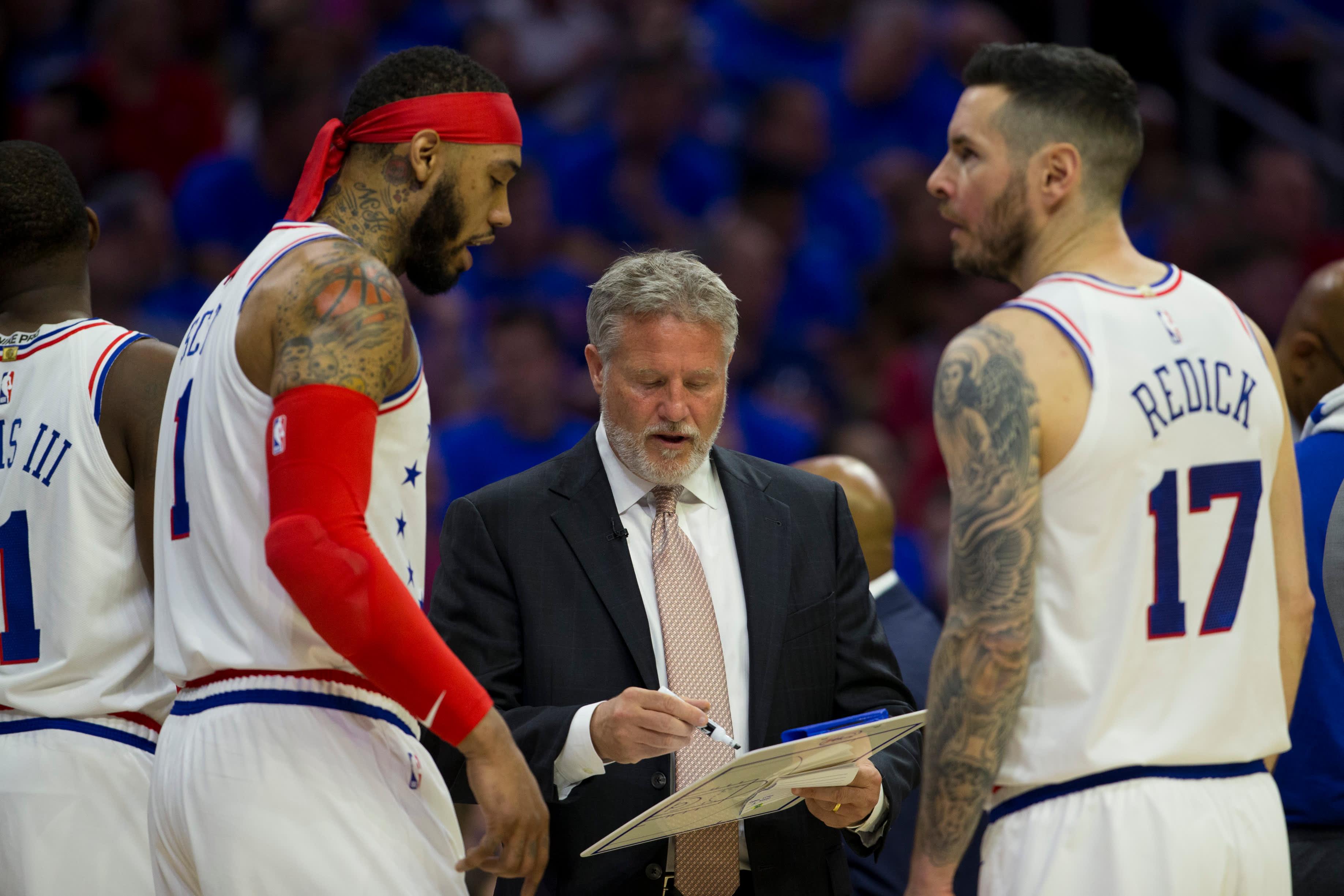 Philadelphian valmentaja Brett Brown antaa ohjeita Mike Scottille ja JJ Redickille.