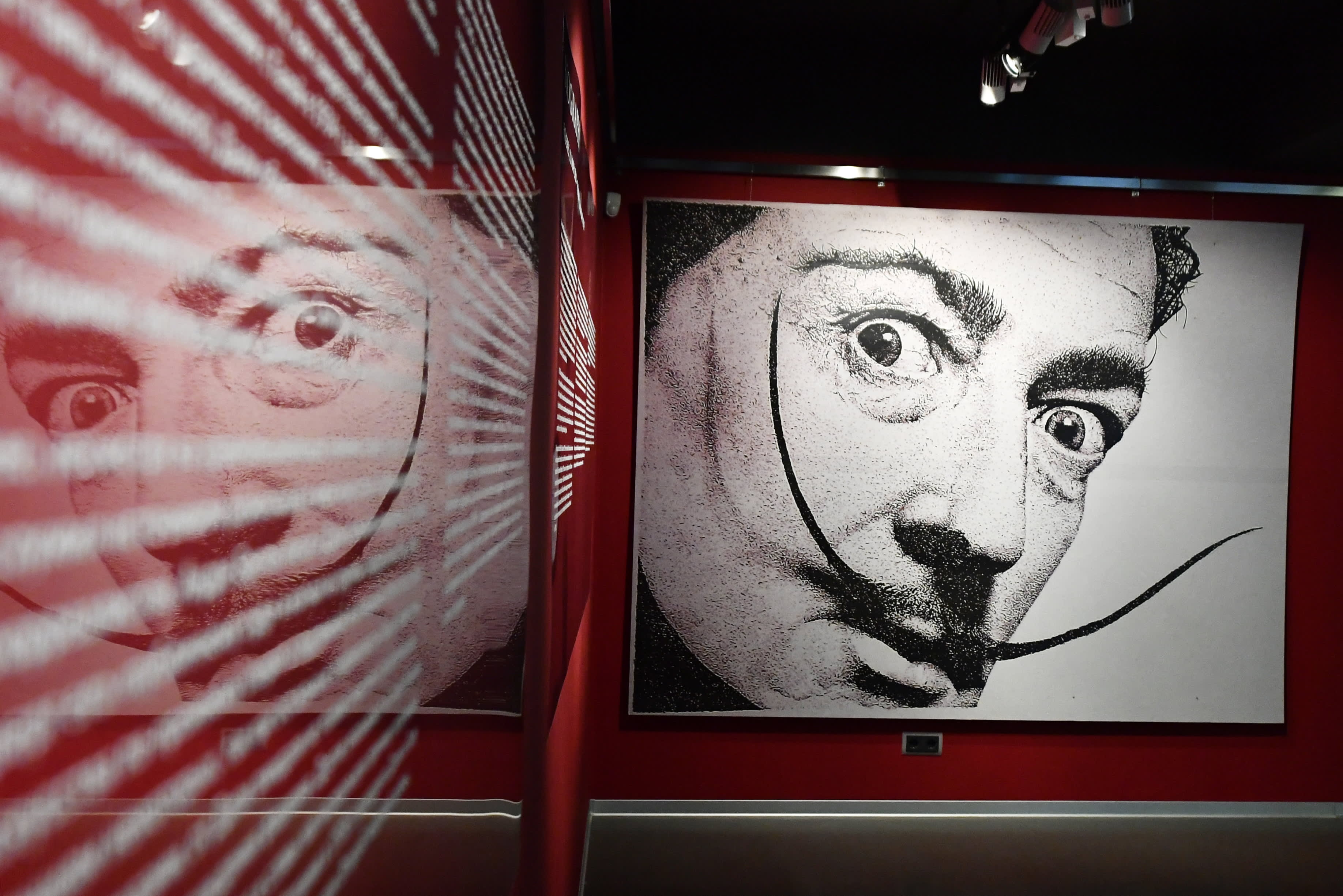 Taiteilija Salvador Dalí. Kuva Dalín veistosnäyttelystä Pietarista.